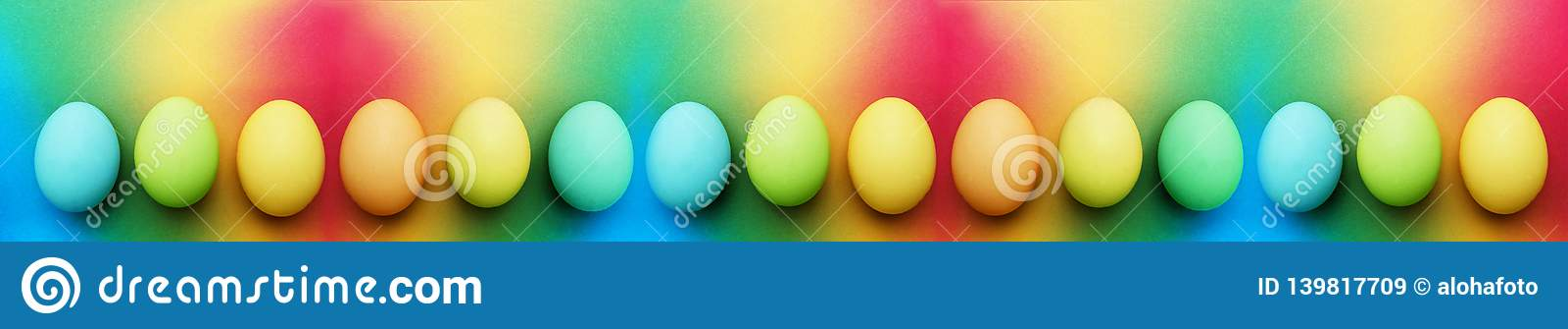 Biologiskt organiskt blått äpple för turkos femton - gröna gula easter ägg på en regnbågebakgrund