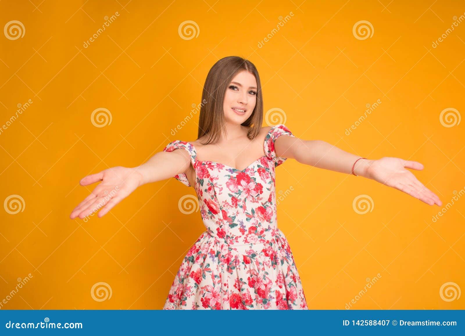 Bionda sorridente in un vestito