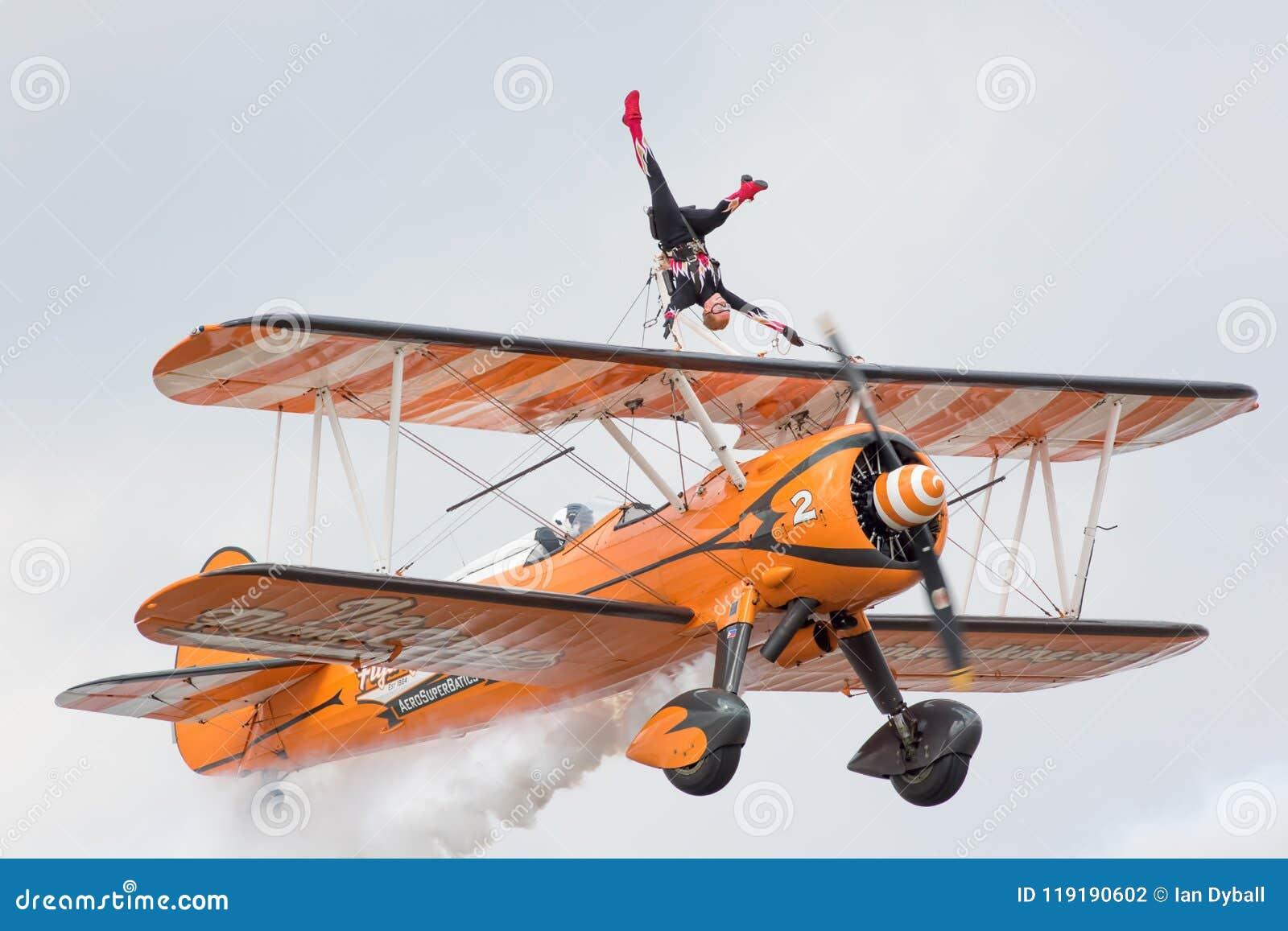 Biplane της aerobatic ομάδας επίδειξης wingwalker Aerosuperbatics