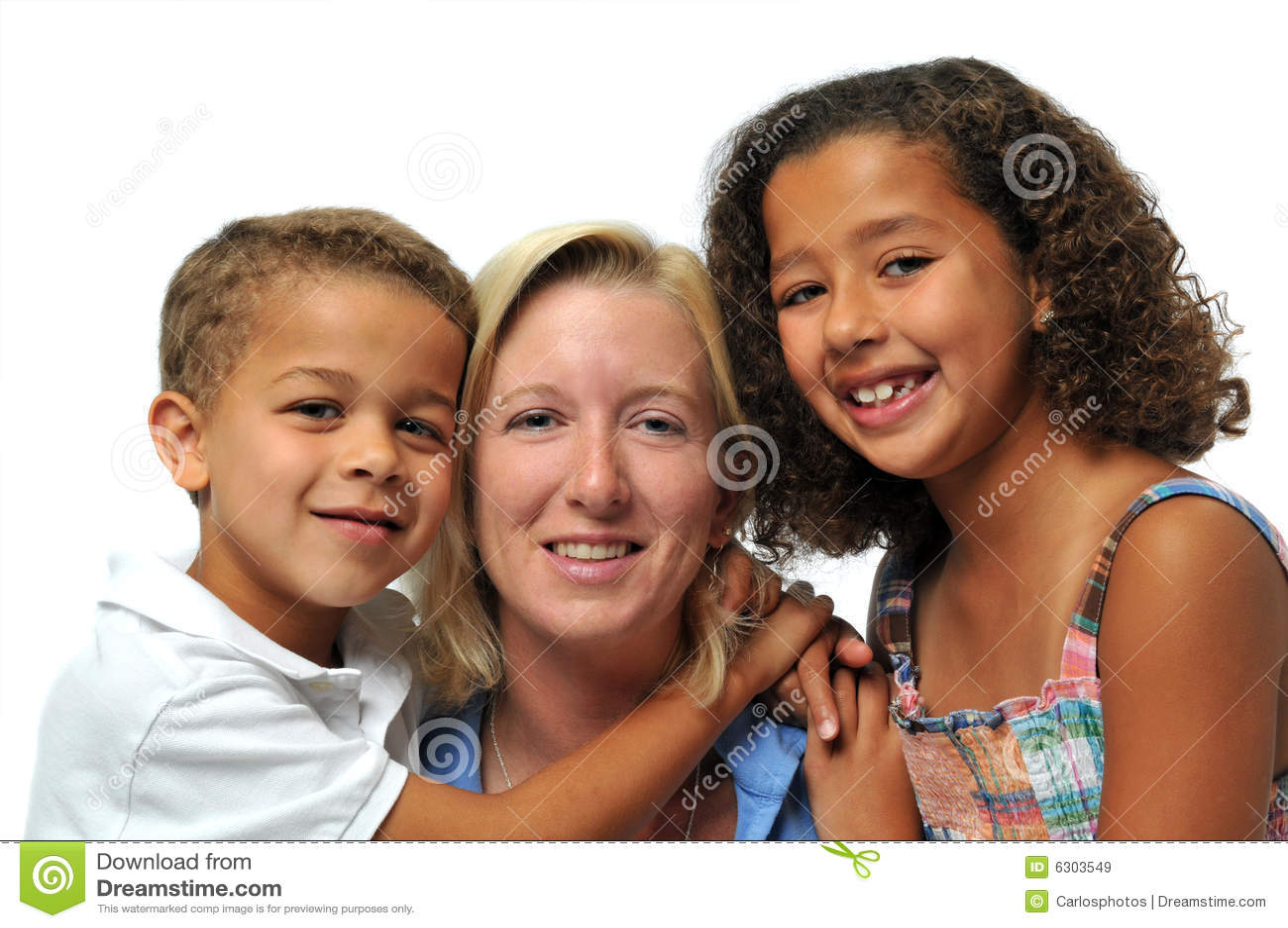 Biracial портрет семьи