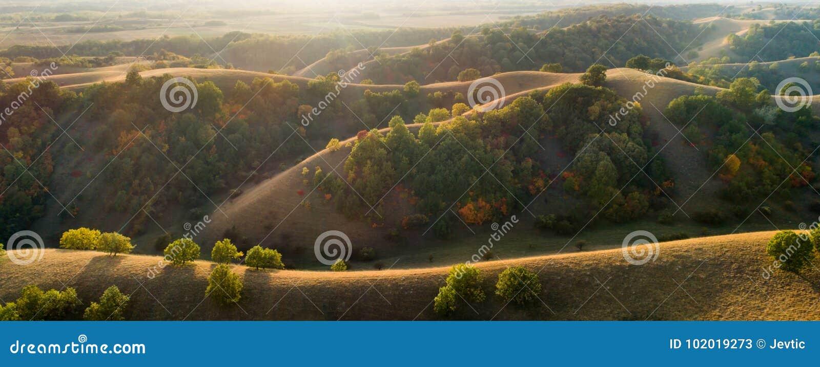 Birdseye-Ansicht von bunten Hügeln im Herbst