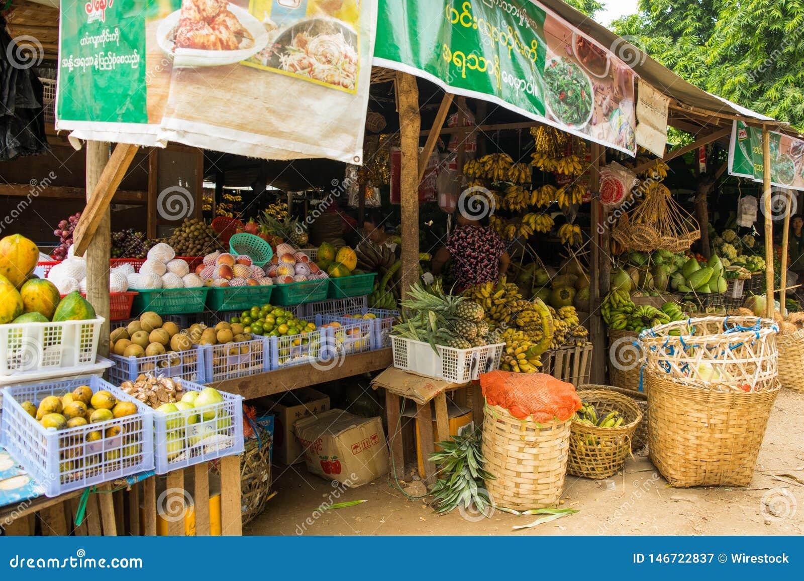 Birma?czyka Nyaung-U rynek z kramami sprzedaje r??ne rzeczy, blisko Bagan, Myanmar