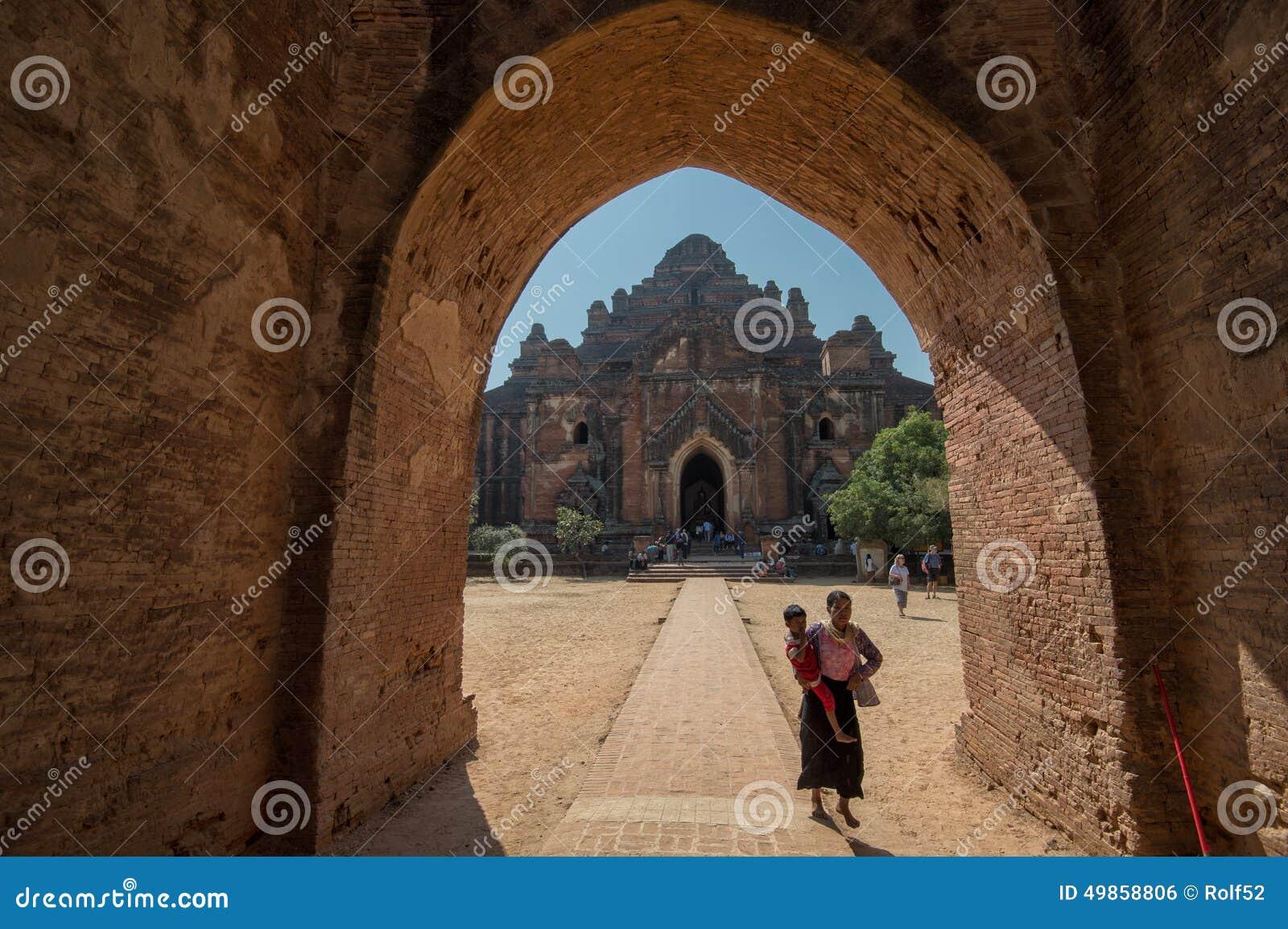 Birmanische Mutter mit Kind in Bagan