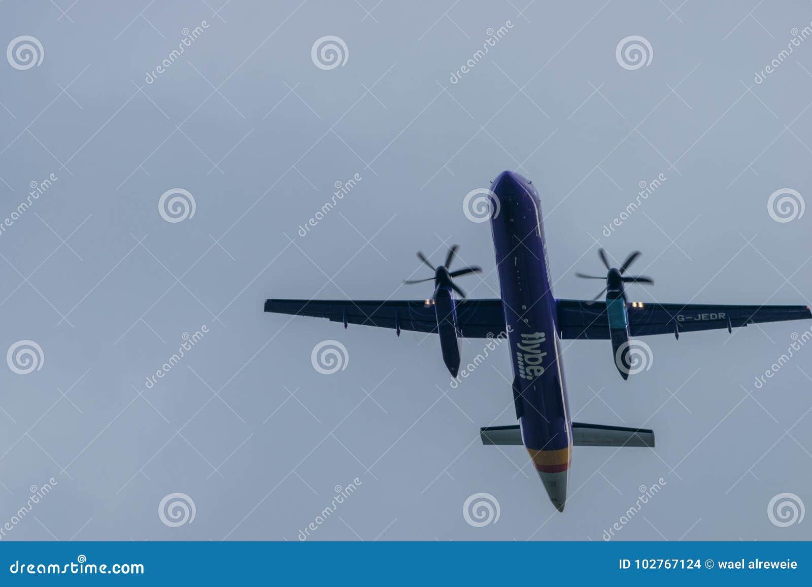 BIRMINGHAM INTERNATIONELL FLYGPLATS, BIRMINGHAM, FÖRENADE KUNGARIKET - OKTOBER 28, 2017: ett Flybe flygbolagflygplan som tar av