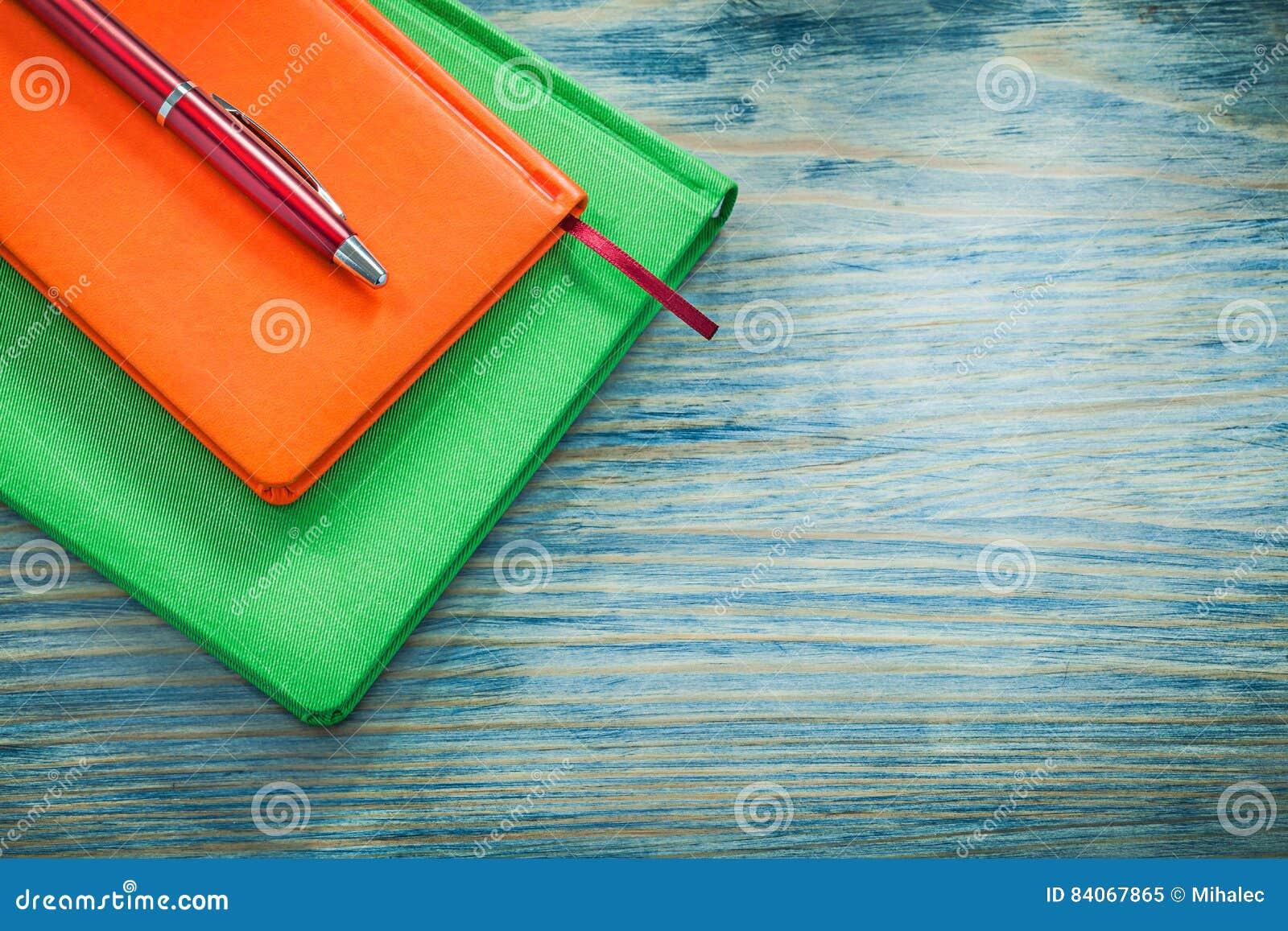 Biro van agendaboeken op het houten concept van het raadsonderwijs