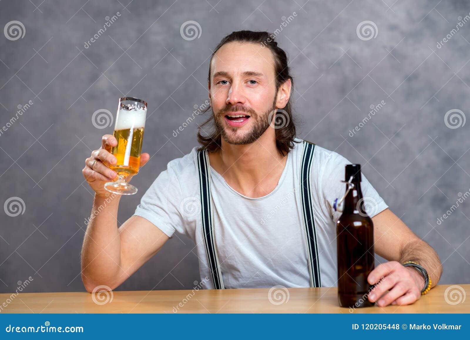 Birra bevente del giovane
