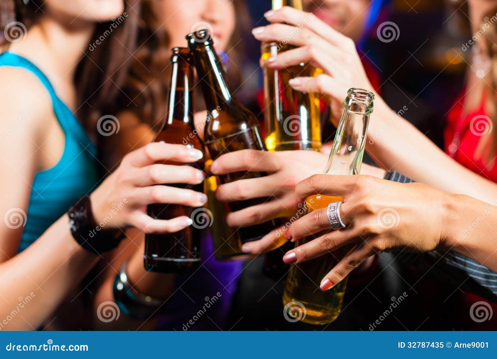 Birra bevente della gente nella barra o in club