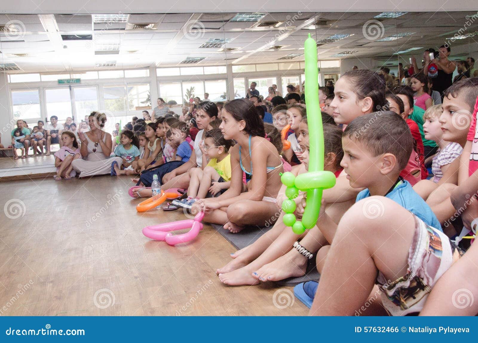 Birra-Sheva, ISRAELE - bambini nel corridoio del pubblico dell estate con uno specchio e pallone un 25 luglio 2015