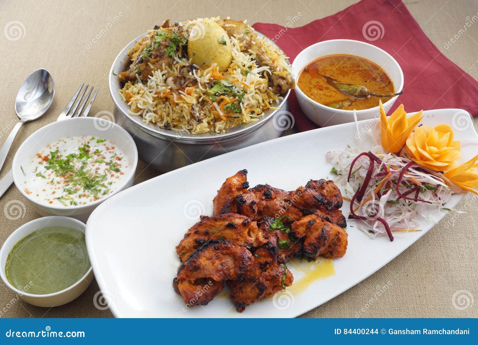 Biryani de poulet de Hyderabad avec des chiches-kebabs de poulet