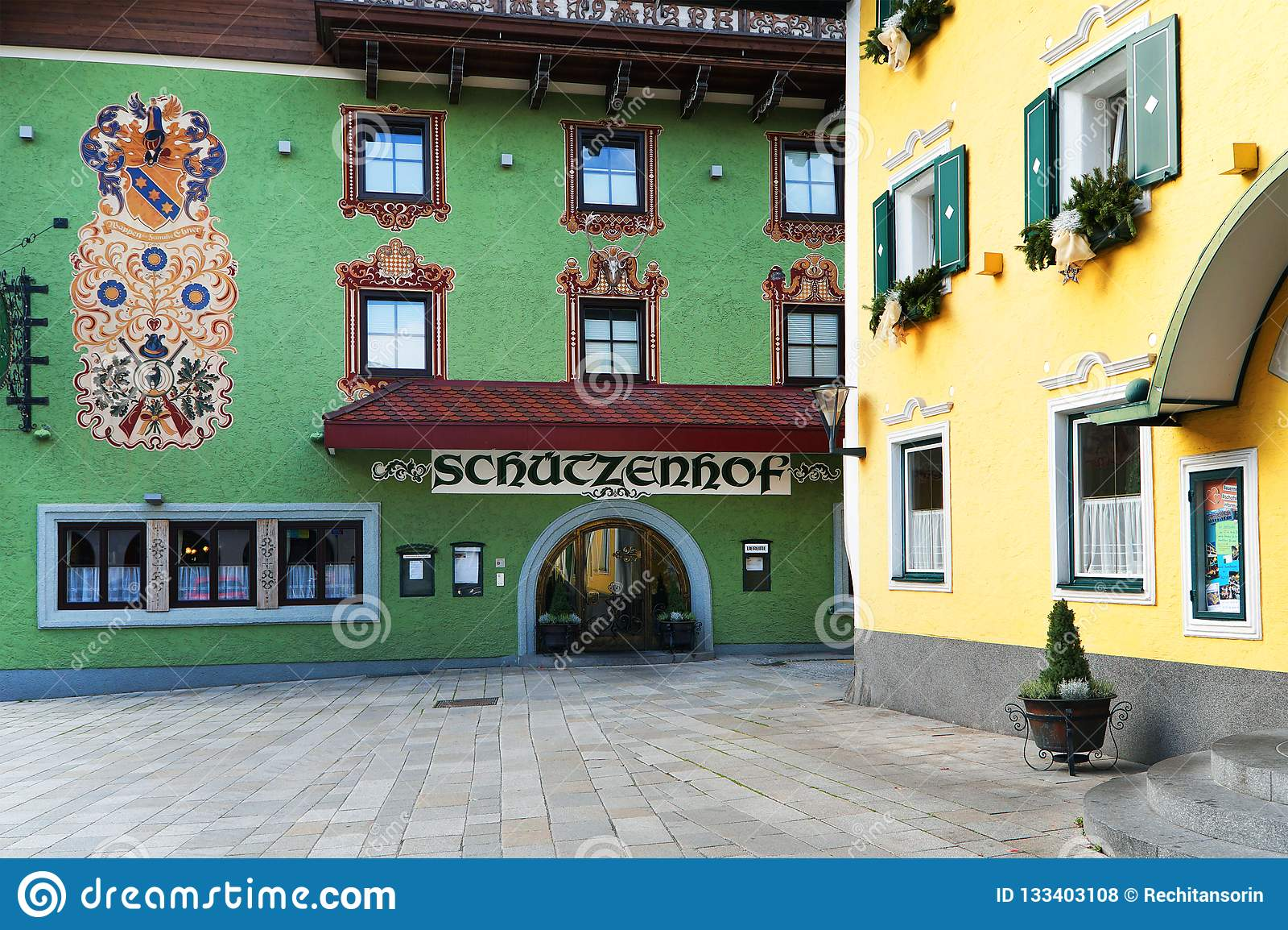 BISCHOFSHOFEN, AUSTRIA, EUROPA - 15 2018 PAŹDZIERNIK: Arhitectural szczegół w centrum miasteczko