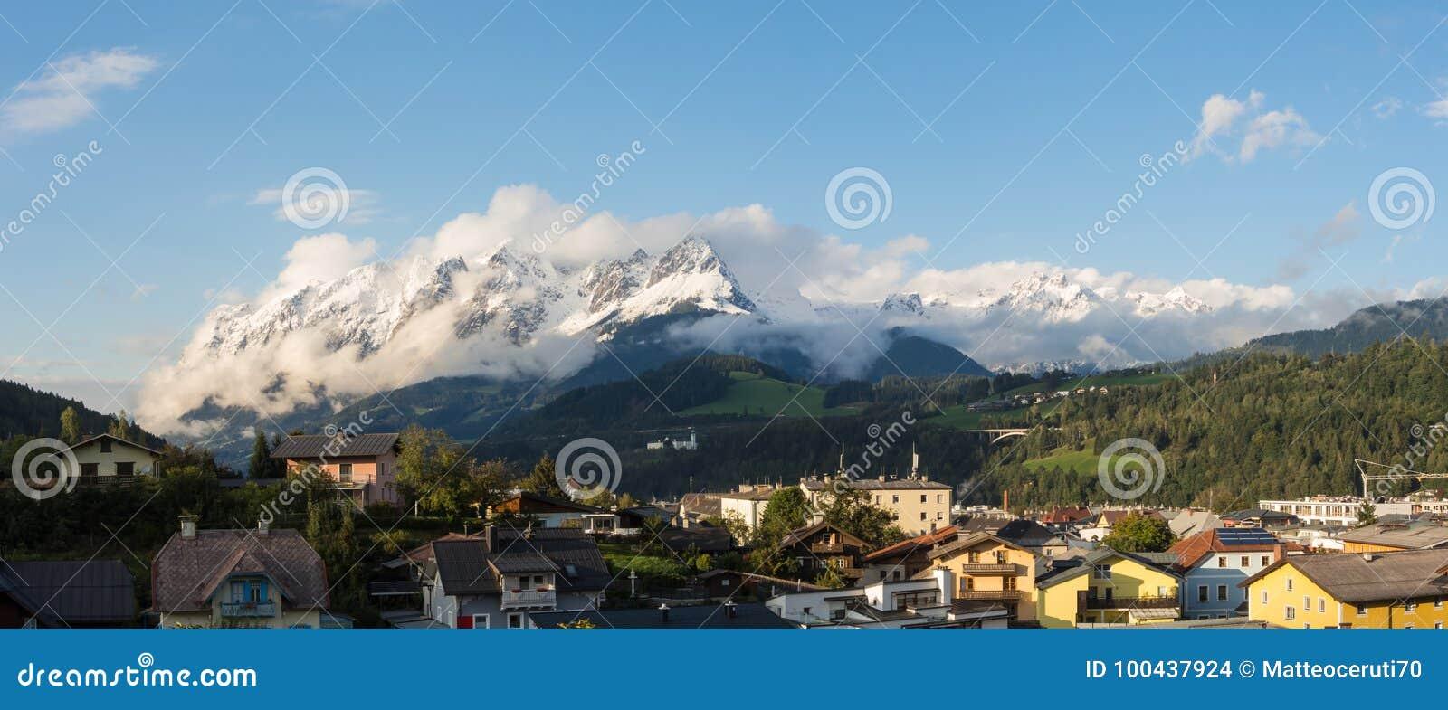 Bischofshofen, Pongau, Salzburger ziemia, Austria, krajobraz na mieście i alps Świeży śnieg przy zaczynającym jesień