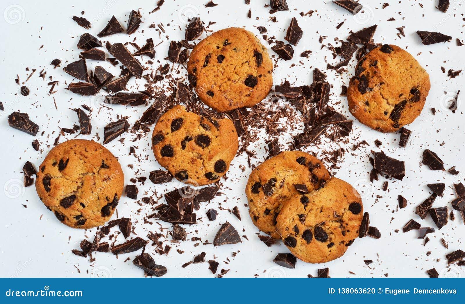 Biscoito amanteigado com chocolate em um fundo branco