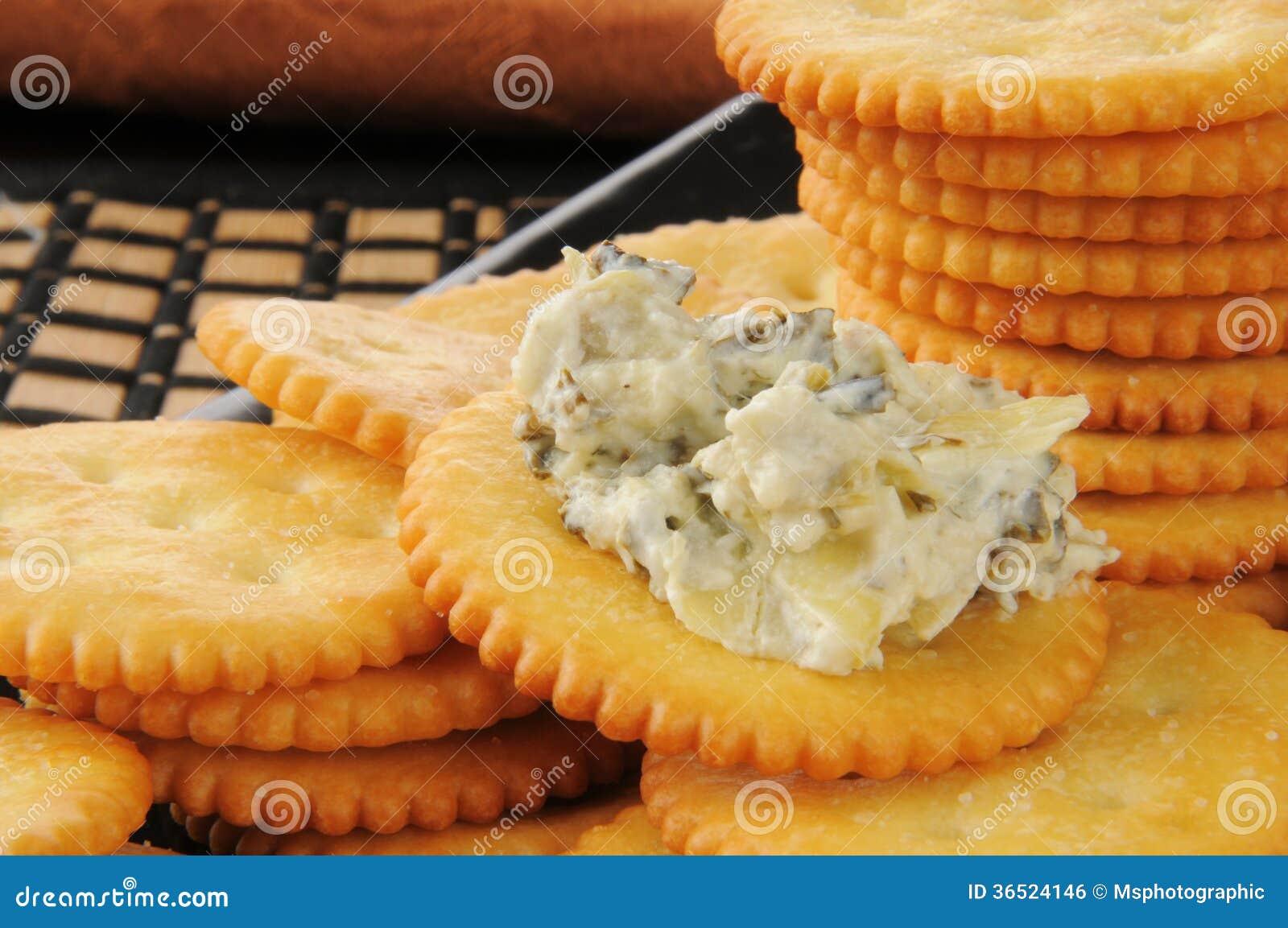 Biscoitos com mergulho da alcachofra dos espinafres