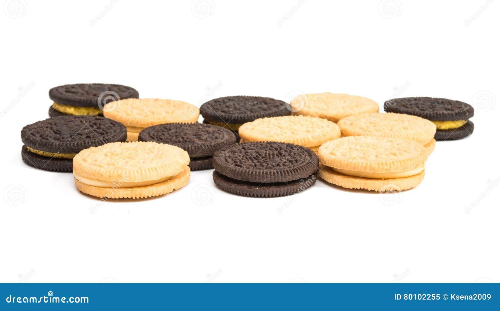 Biscoitos do chocolate com o enchimento do creme isolado