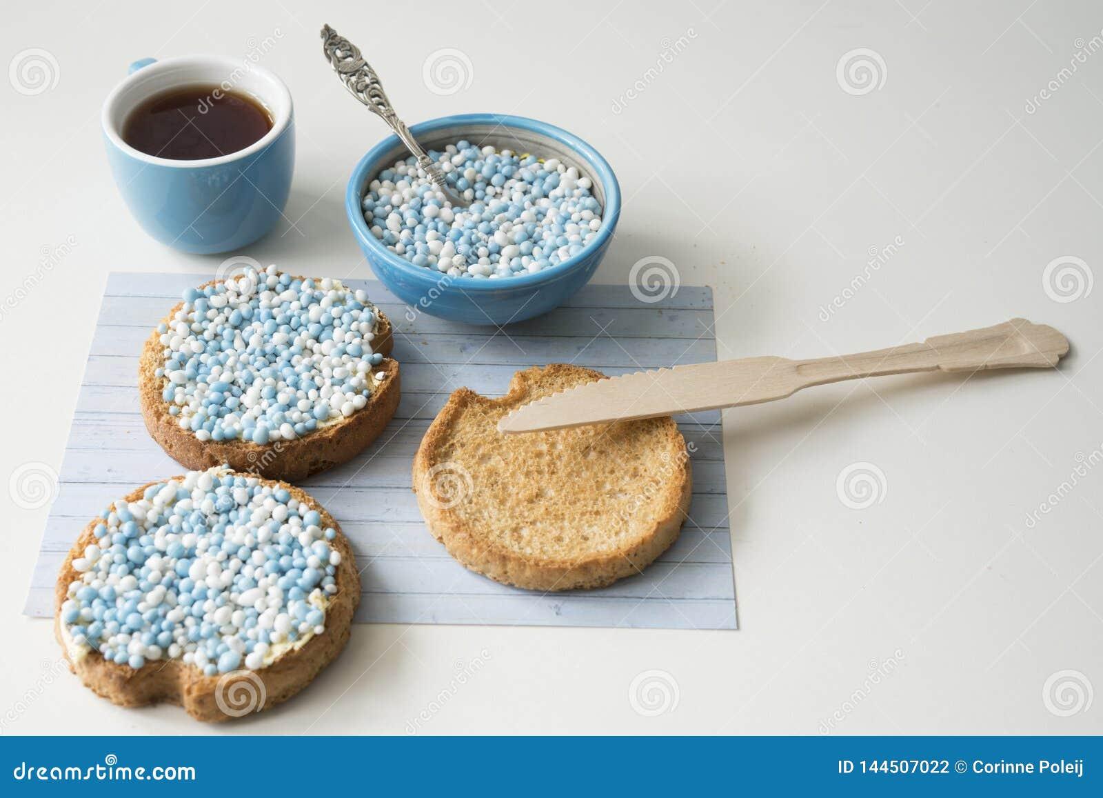 Biscotte avec les boules bleues d anis, muisjes, festin néerlandais pour quand un bébé garçon est né aux Pays-Bas