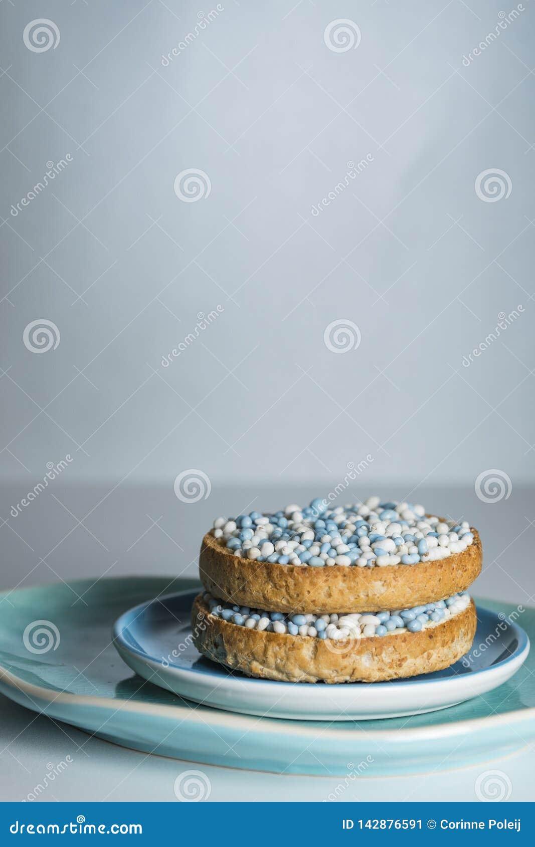Biscotte avec les boules bleues d anis, muisjes, tradition aux Pays-Bas pour c?l?brer la naissance d un fils