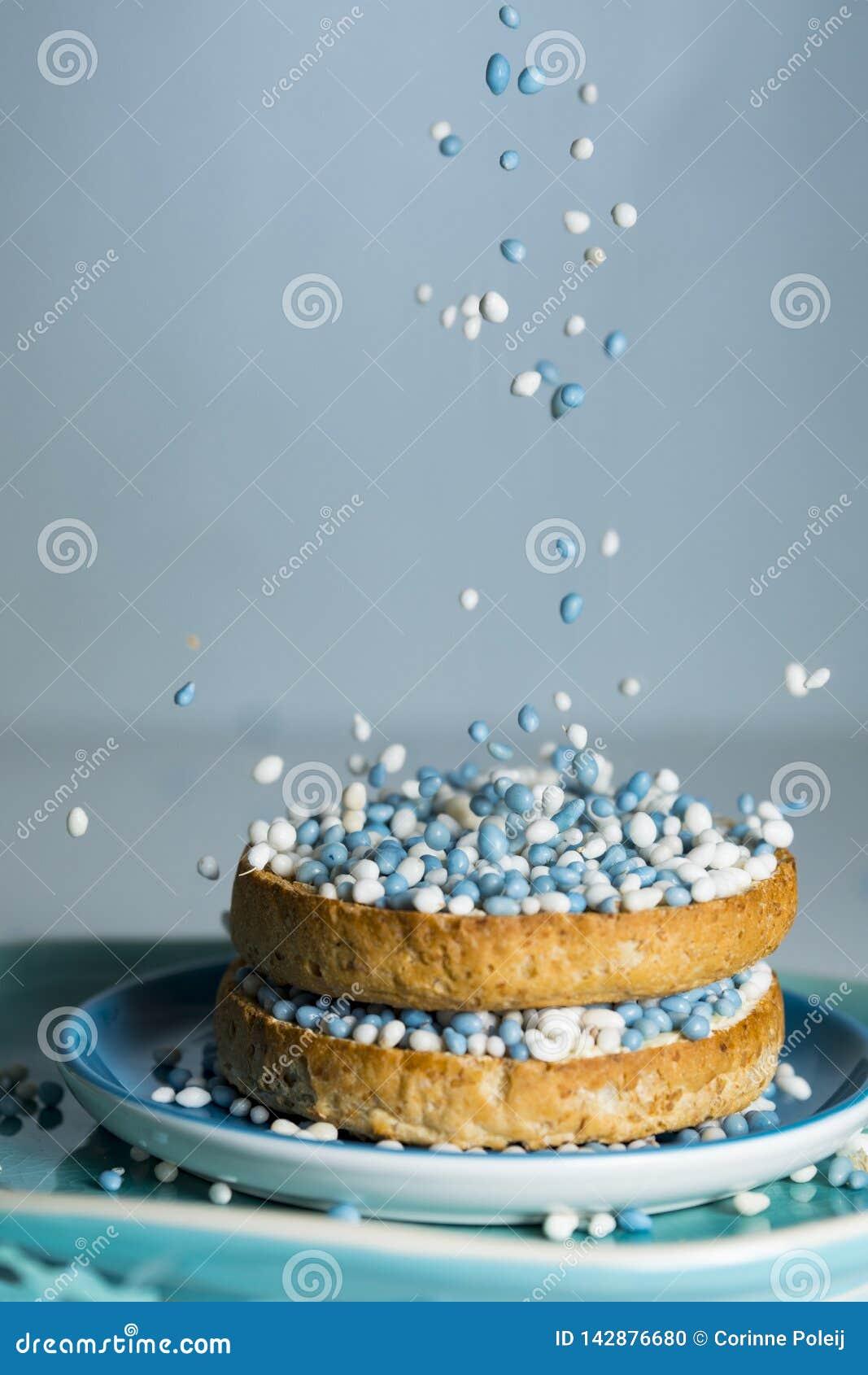 Biscotte avec les boules bleues en baisse d anis, muisjes, tradition aux Pays-Bas pour c?l?brer la naissance d un fils