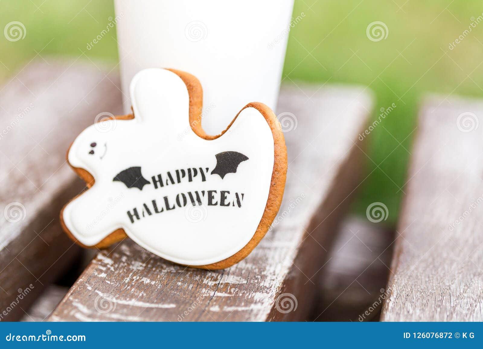 Biscotti casalinghi del pan di zenzero e del miele di Halloween come gho bianco