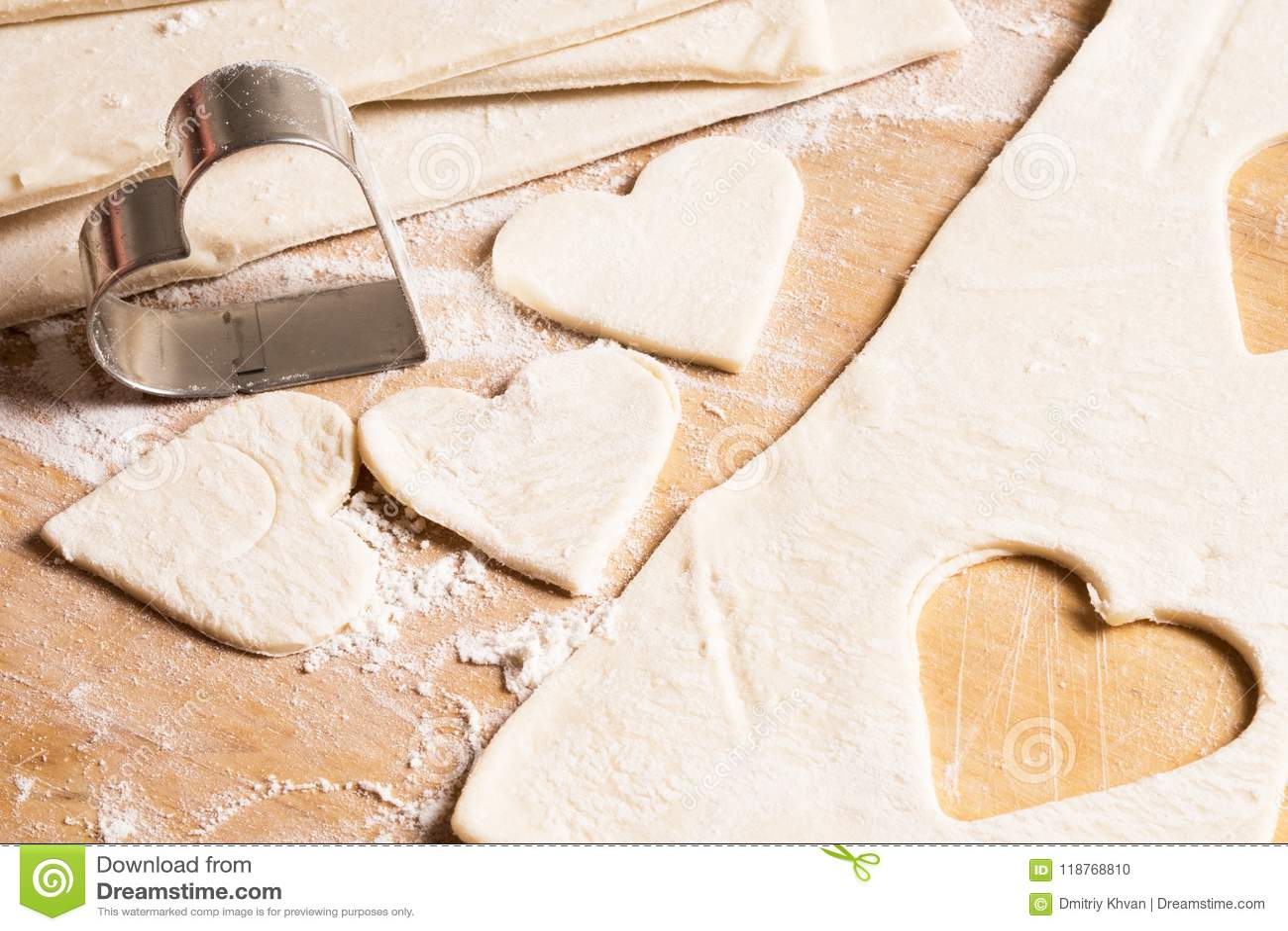 Biscotti crudi sotto forma dei cuori