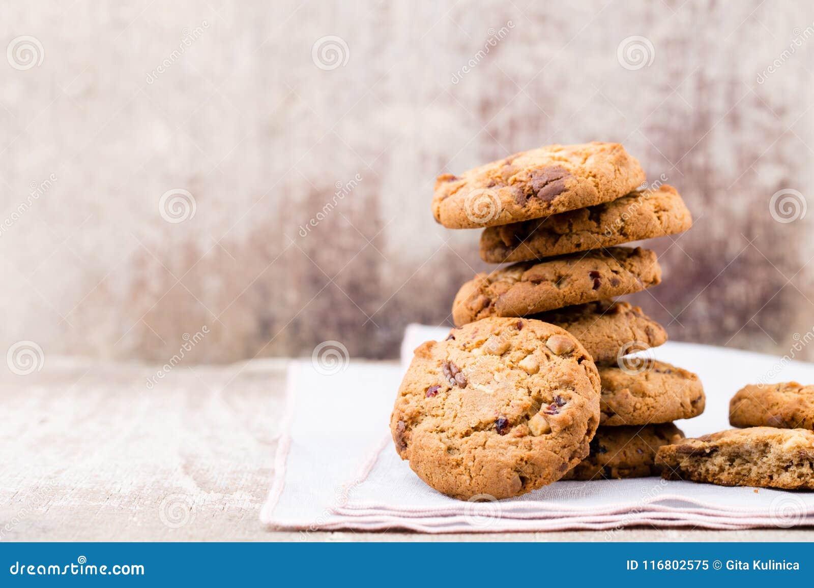 Biscotti di farina d avena del cioccolato sui precedenti di legno