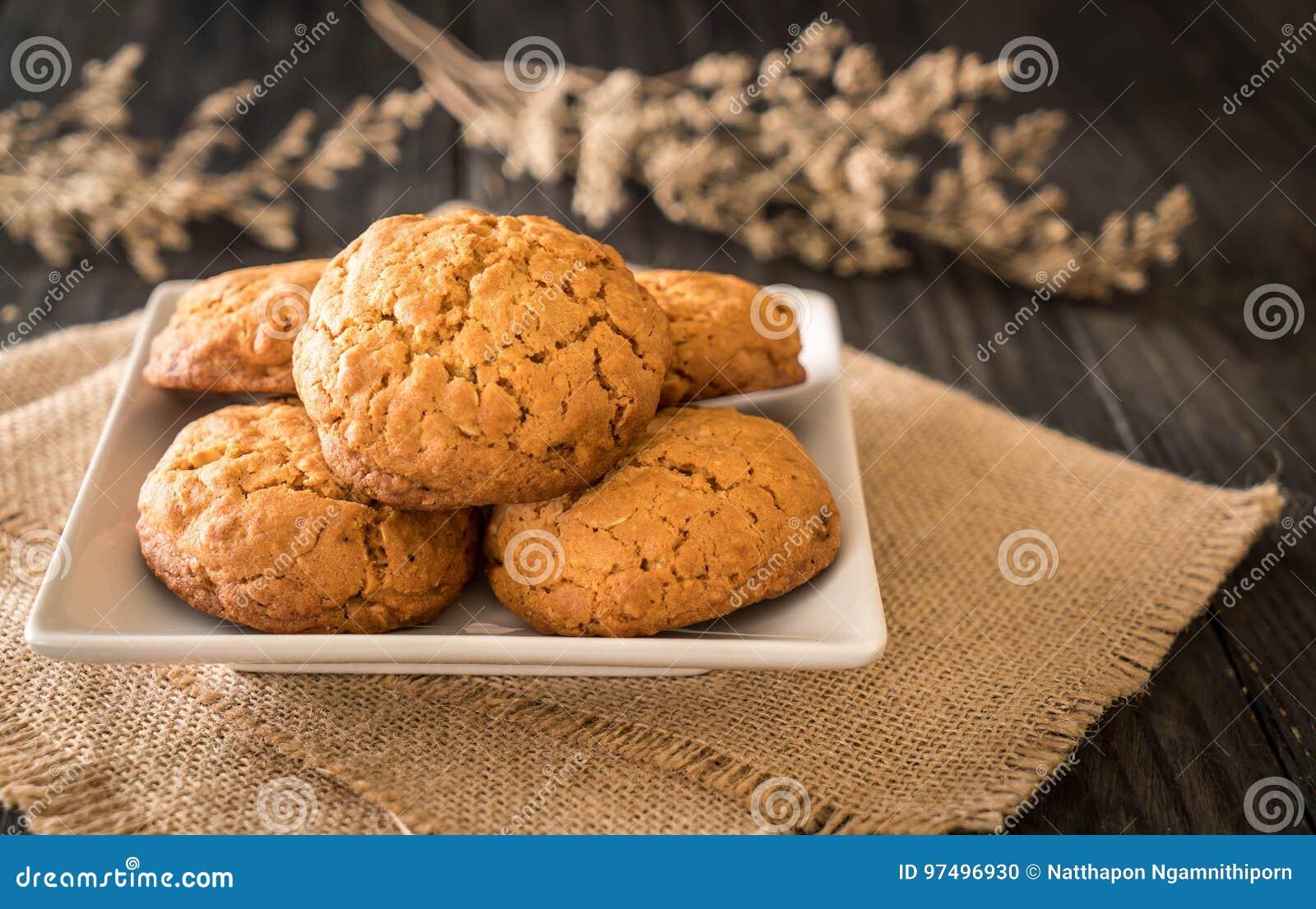 Biscotti di uva passa della farina d avena su legno