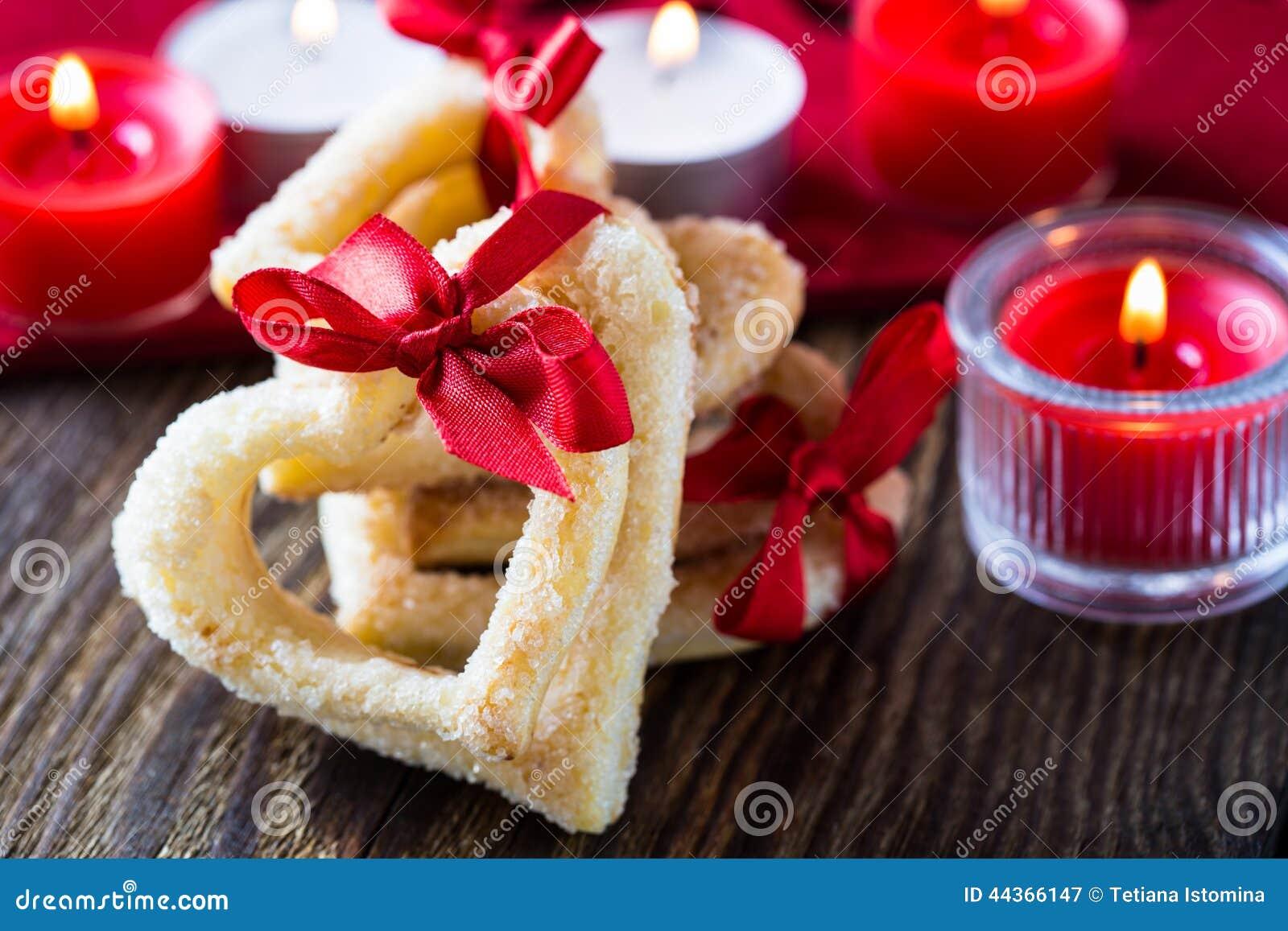 Biscotti a forma di del cuore con il nastro rosso
