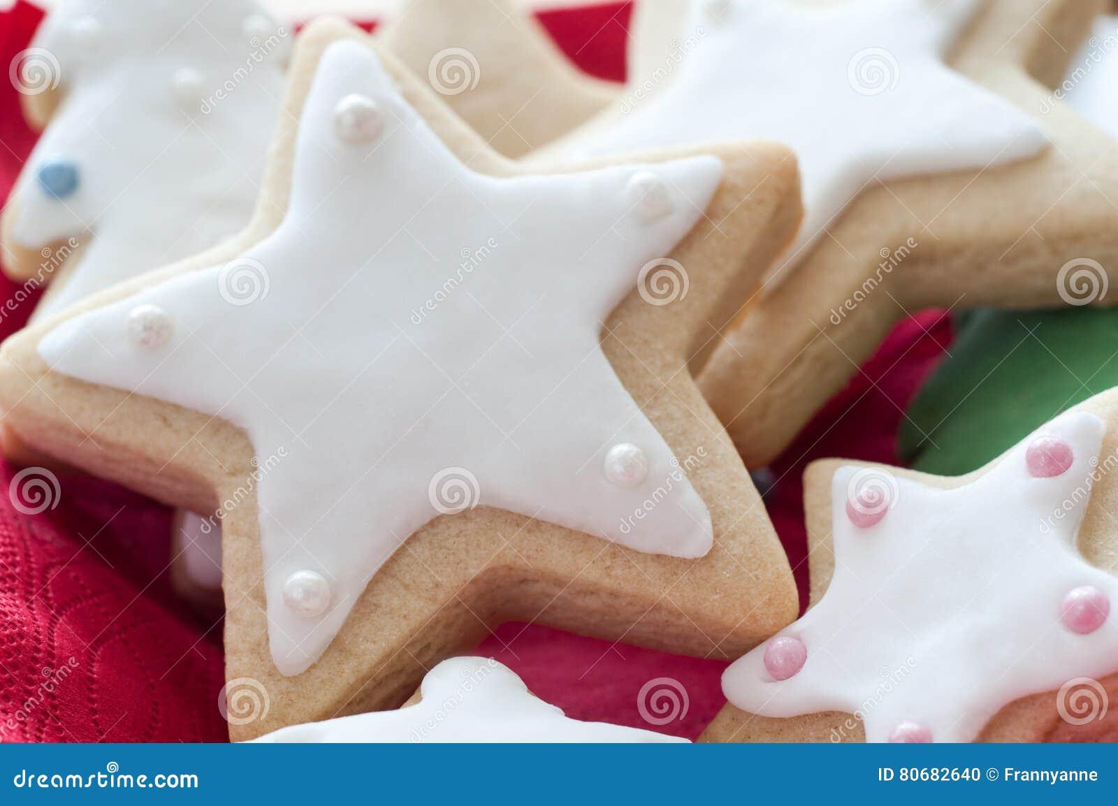 Tovaglioli A Forma Di Stella Di Natale.Biscotti A Forma Di Stella Di Natale Con Glassa Bianca Fotografia