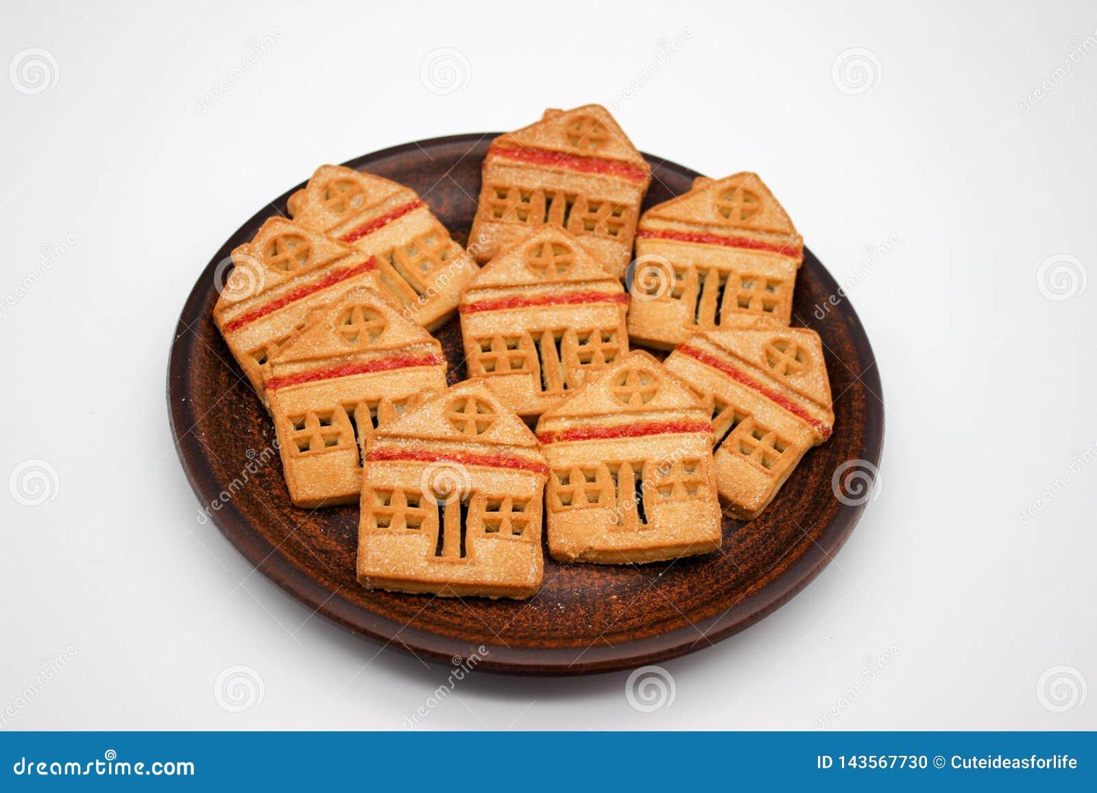 Biscotti magnifici e deliziosi sotto forma di Camera di uno piani con marmellata d arance, quale sono su Clay Plate Immagine isol