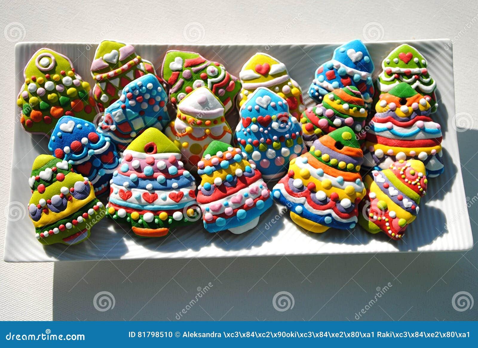 Biscotti Decorati Per Albero Di Natale.Biscotti Variopinti Su Un Piatto Bianco Biscotti Degli Alberi Di