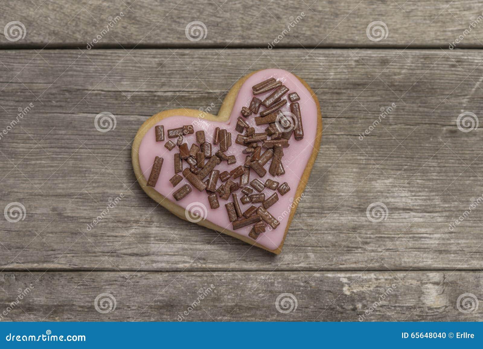 Biscuit couvert de puces roses de glaçage et de chocolat