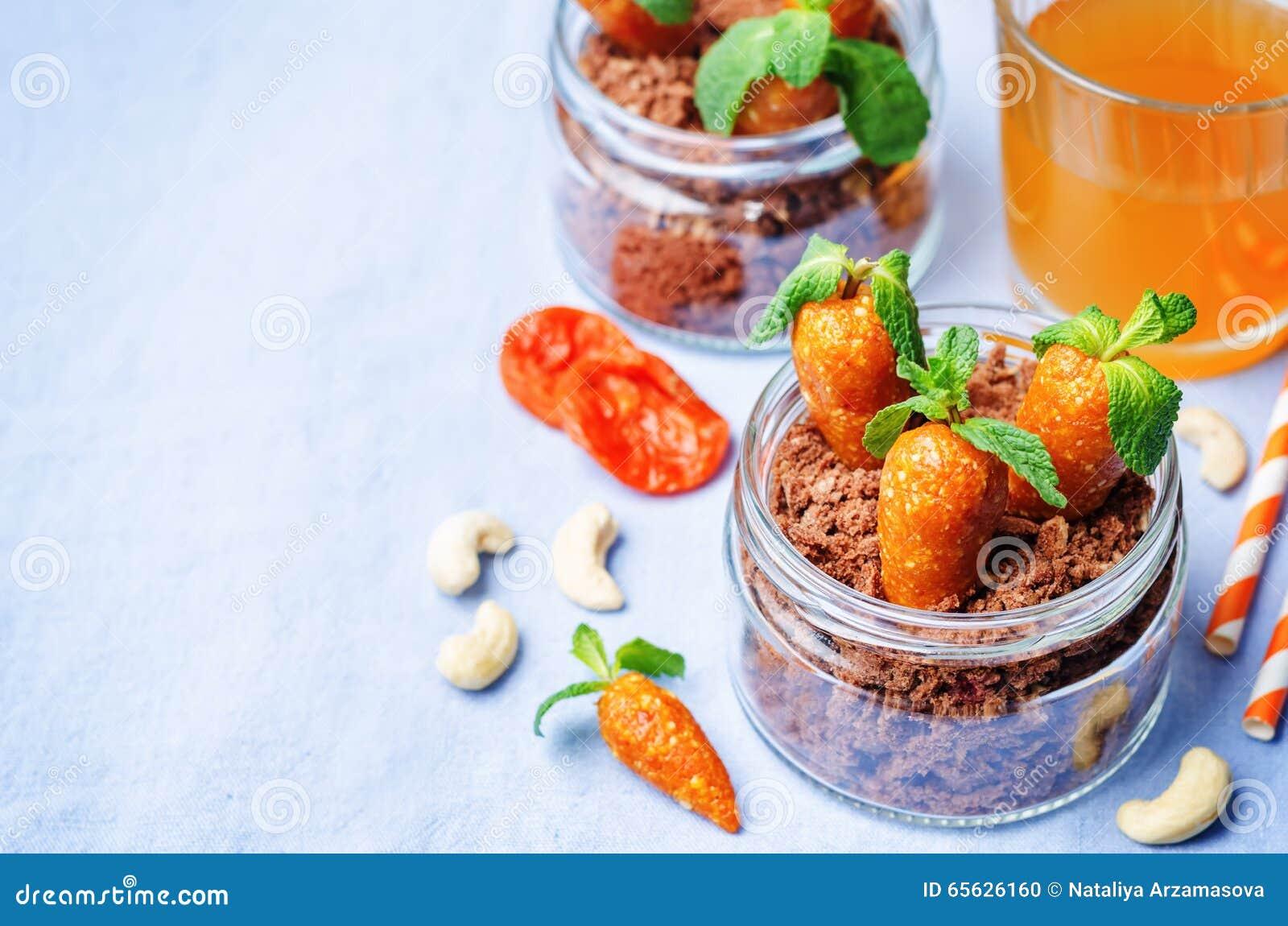 Biscuit de chocolat en sucreries d un pot et d anarcadier d abricots secs dedans