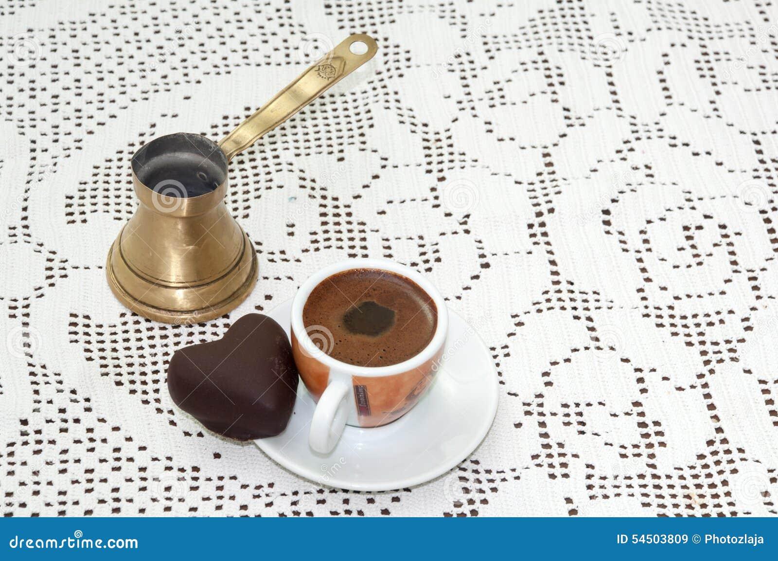 Biscuit en forme de coeur avec la tasse de café sur la table