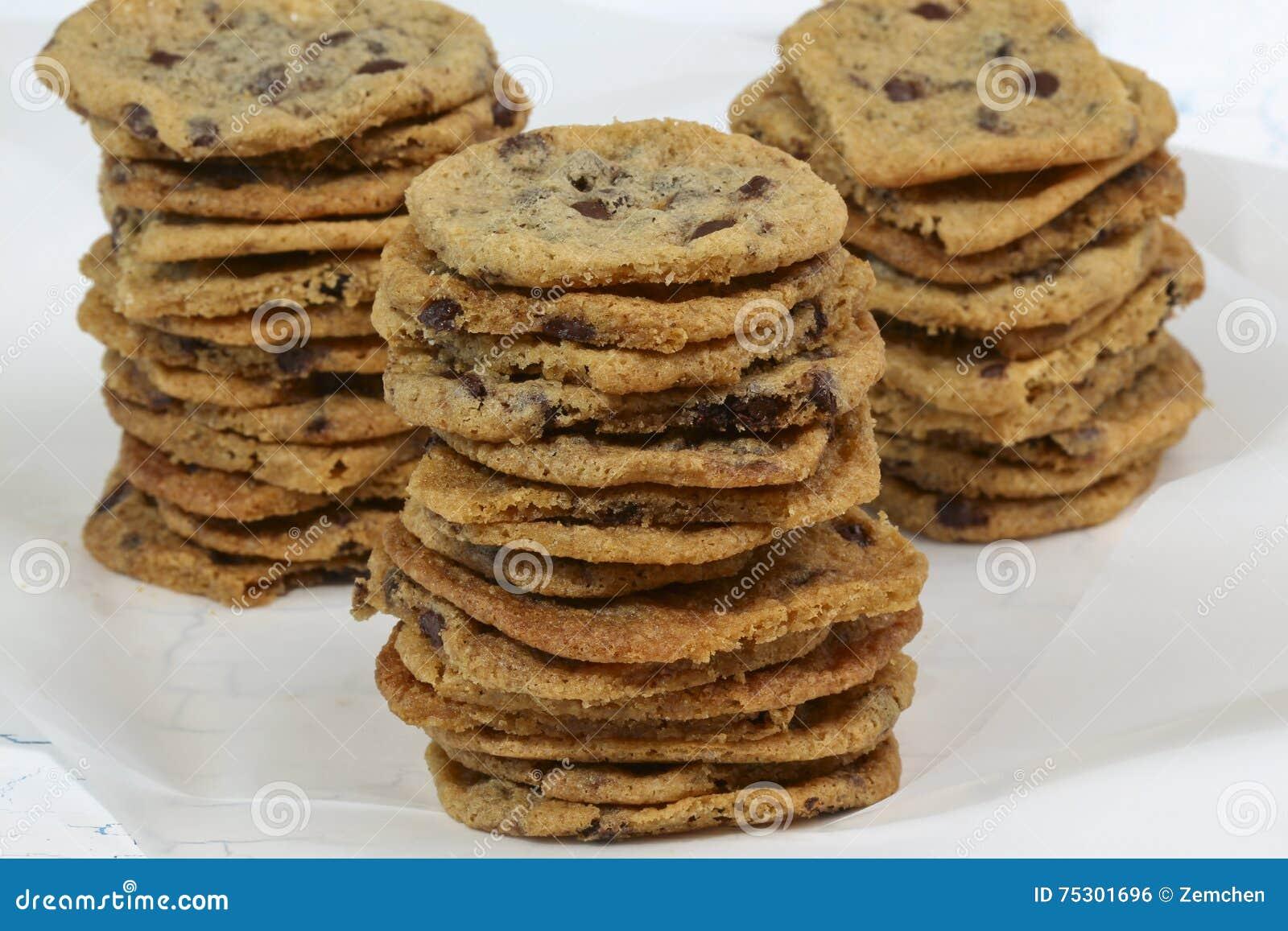 Biscuits caoutchouteux avec des puces de chocolat sur le fond blanc