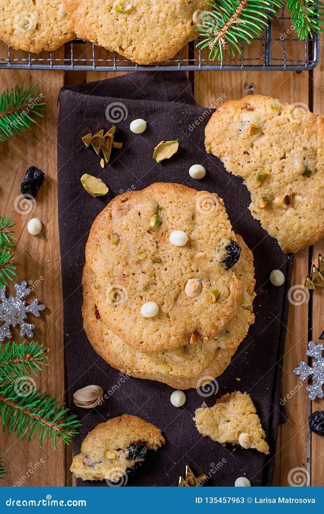 Biscuits caoutchouteux et croquants avec les frites de chocolat blanches, la pistache et les cerises sèches