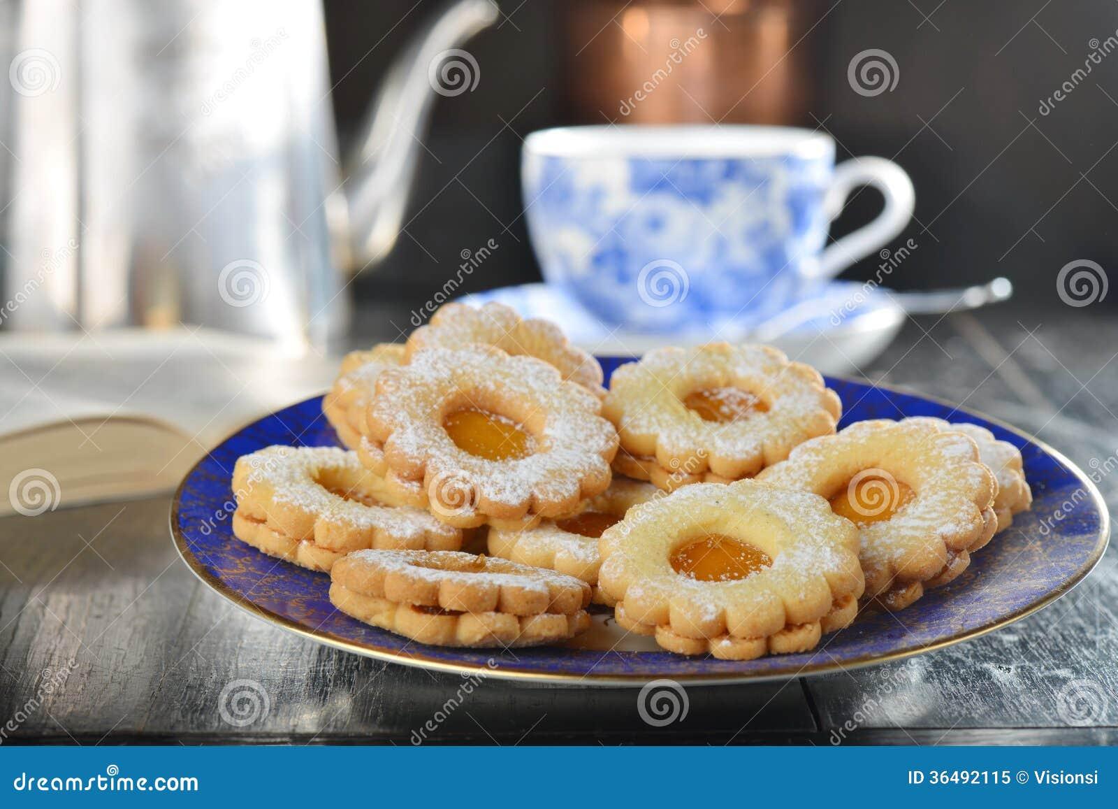 biscuits-d%C3%A9licieux-de-confiture-avec-la-tasse-de-th%C3%A9-anglais-36492115