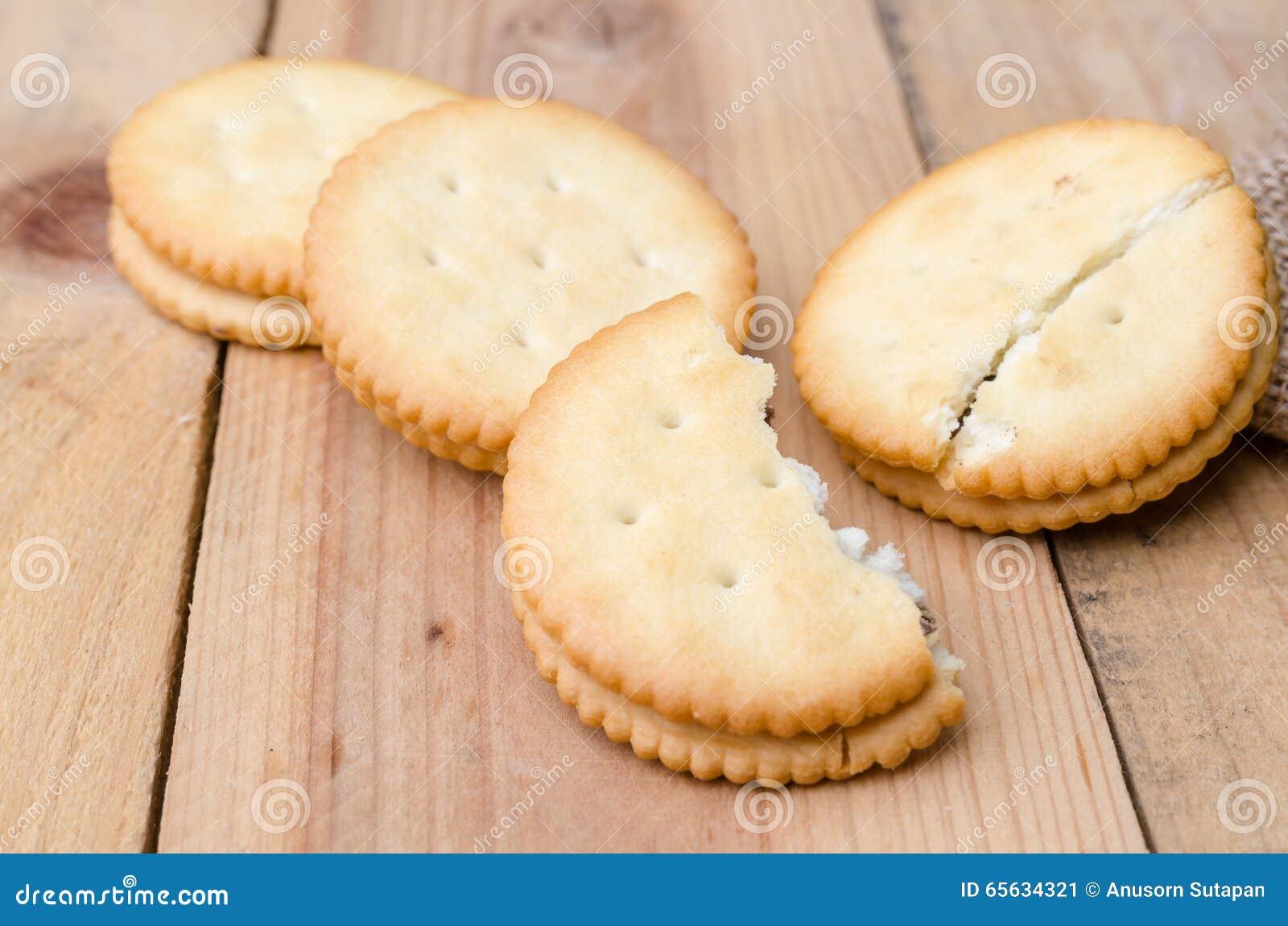 Biscuits de biscuits sur le fond de sac à toile de jute