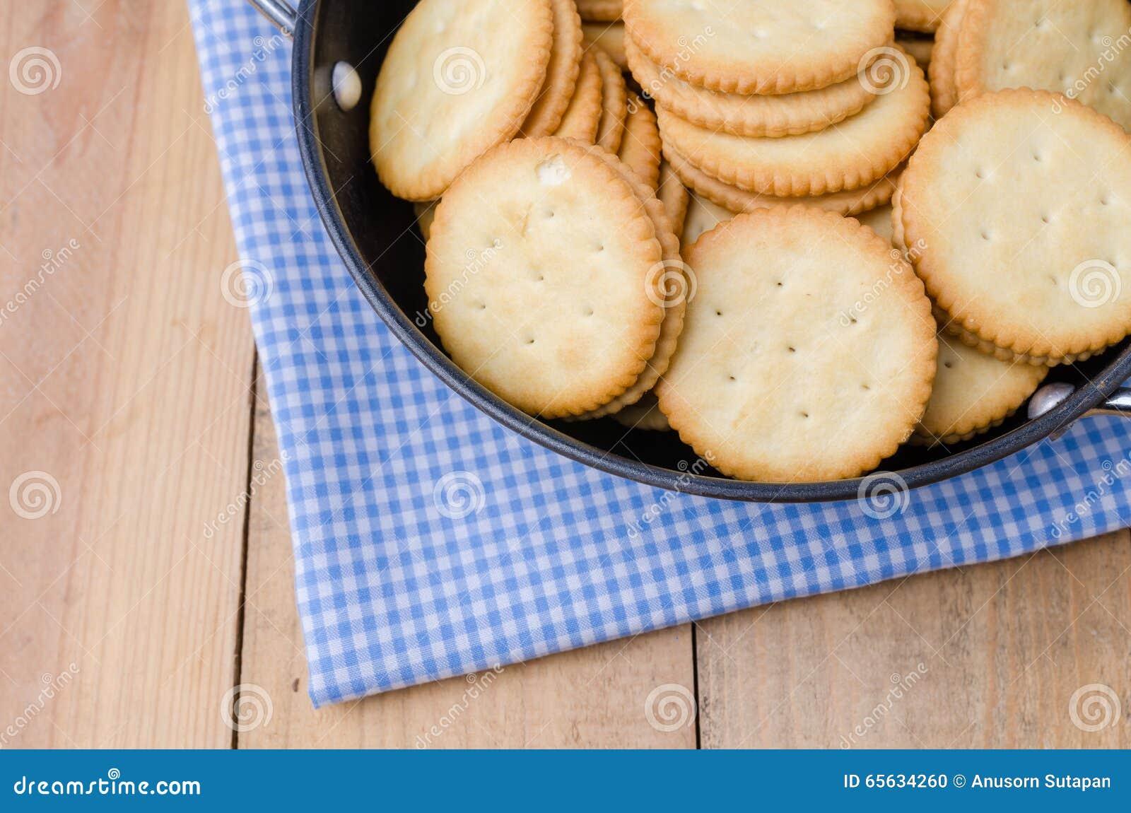 Biscuits de biscuits sur le fond en bois
