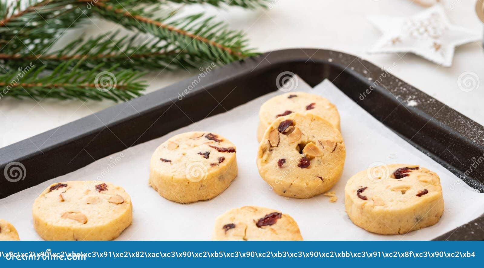 Biscuits de Noël avec des écrous et des canneberges Décoration de Noël Copiez l espace