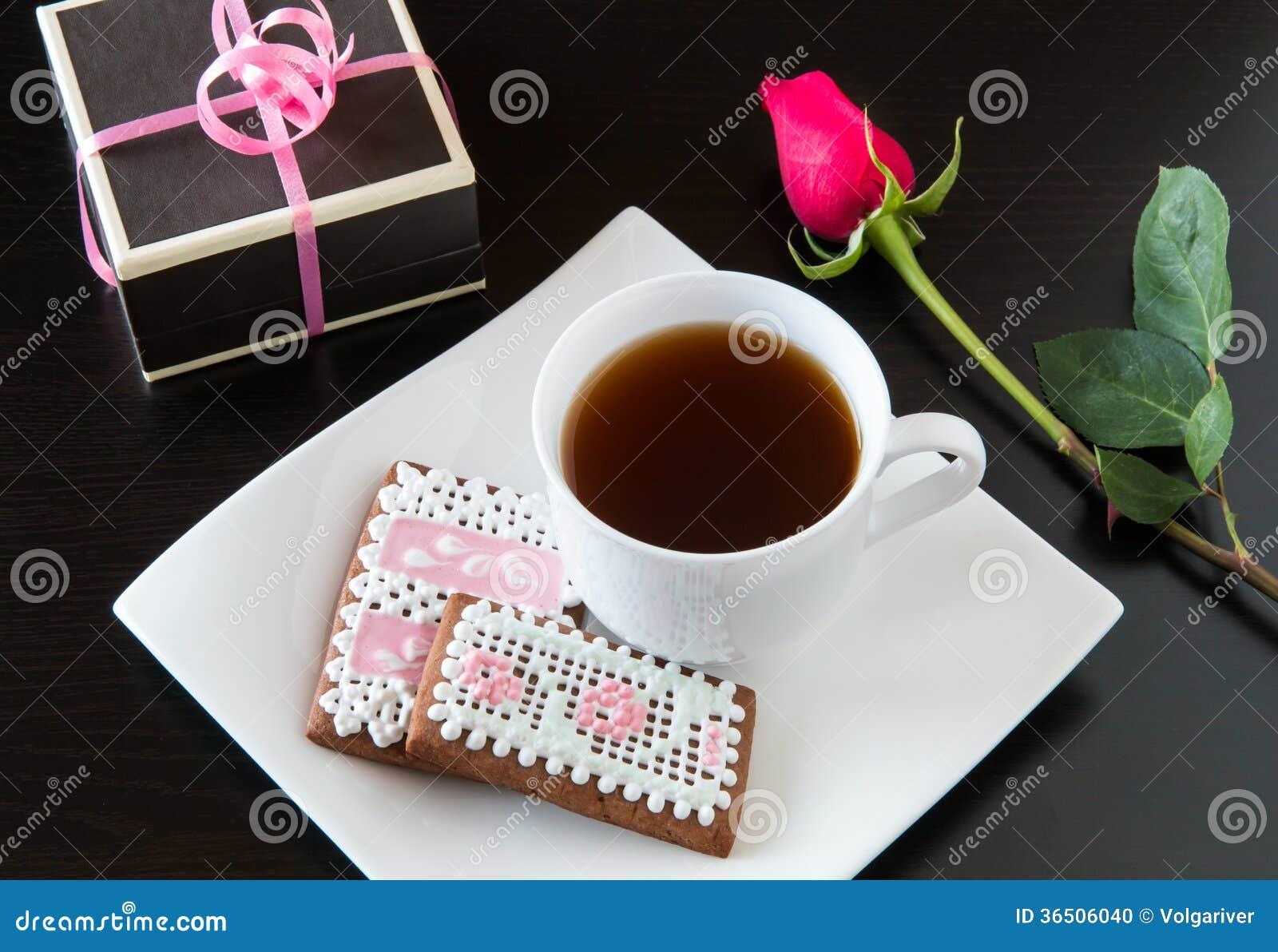Biscuits de pain d épice et tasse faits maison de thé avec le cadeau.