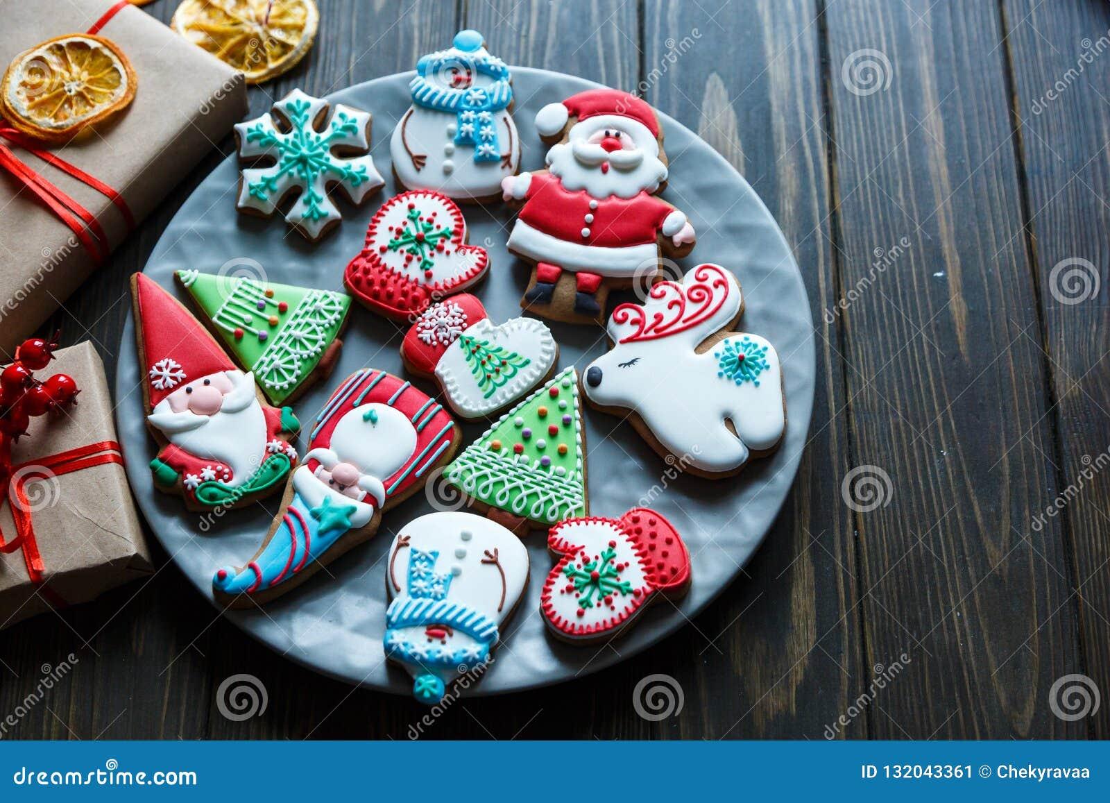 Biscuits de pain d épice pour Noël, nouvelle année sur la table en bois Pâtisserie de fête et douce, biscuits délicieux