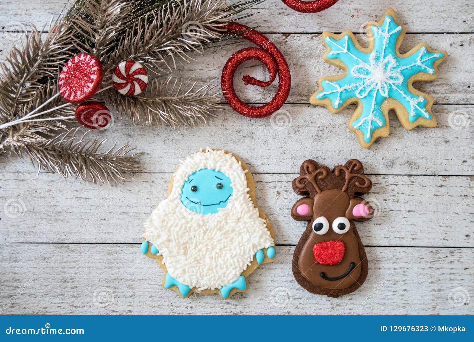 Biscuits de sucre décorés faits maison de Noël dans les formes de l flocons de neige, renne et bonhomme de neige