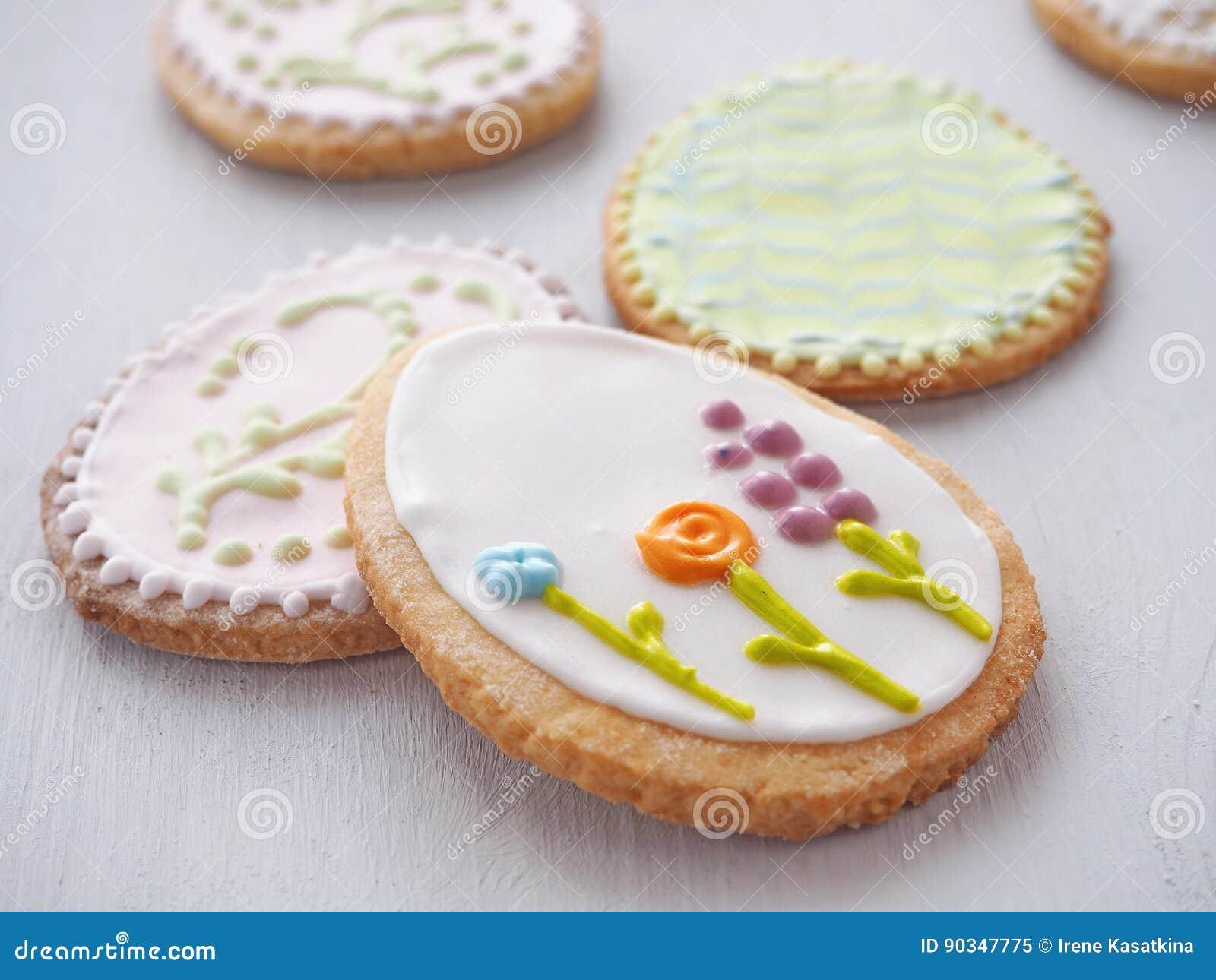 Biscuits De Sucre De Paques Avec L Ornement Floral Biscuits Faits