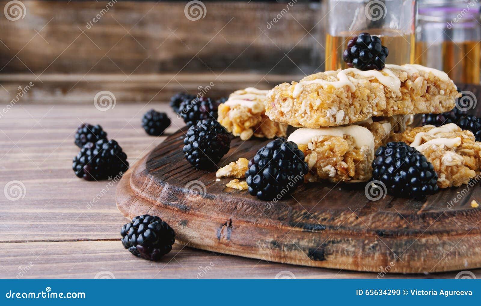 Biscuits des céréales avec le fruit et les baies