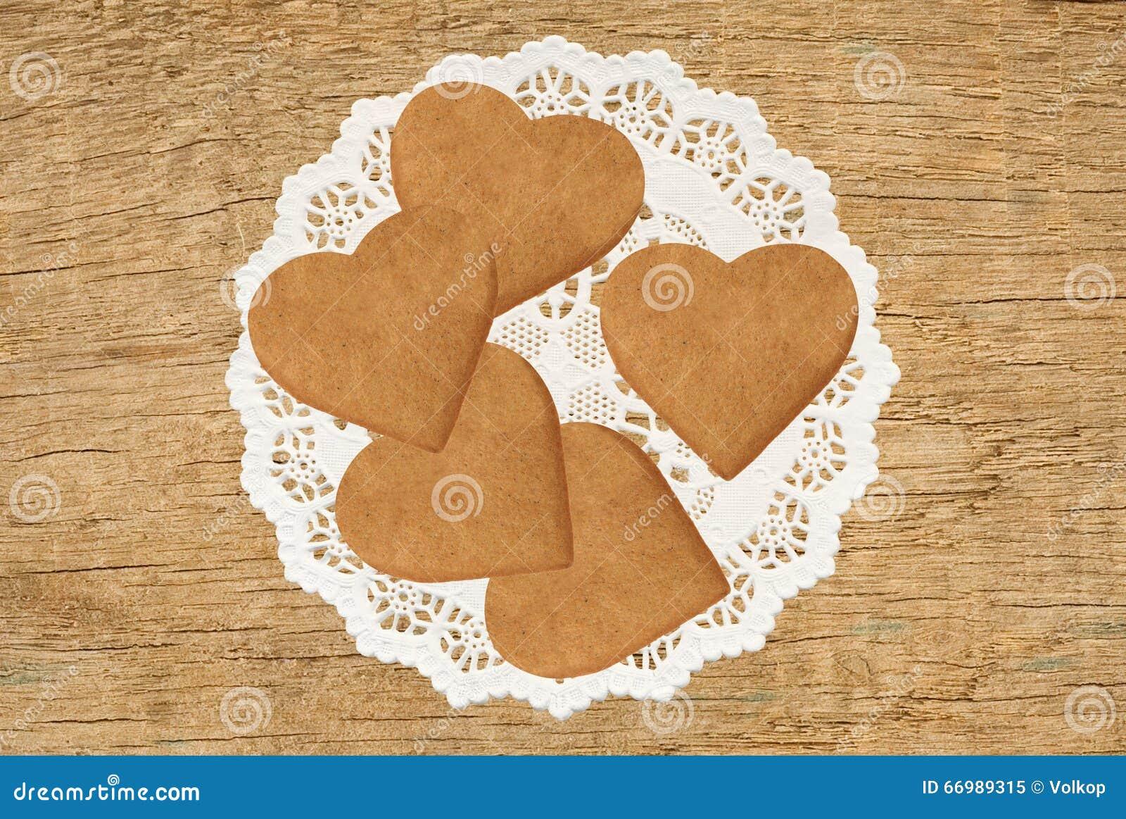biscuits en forme de coeur sur le tissu de dentelle sur le fond en bois de table image stock. Black Bedroom Furniture Sets. Home Design Ideas