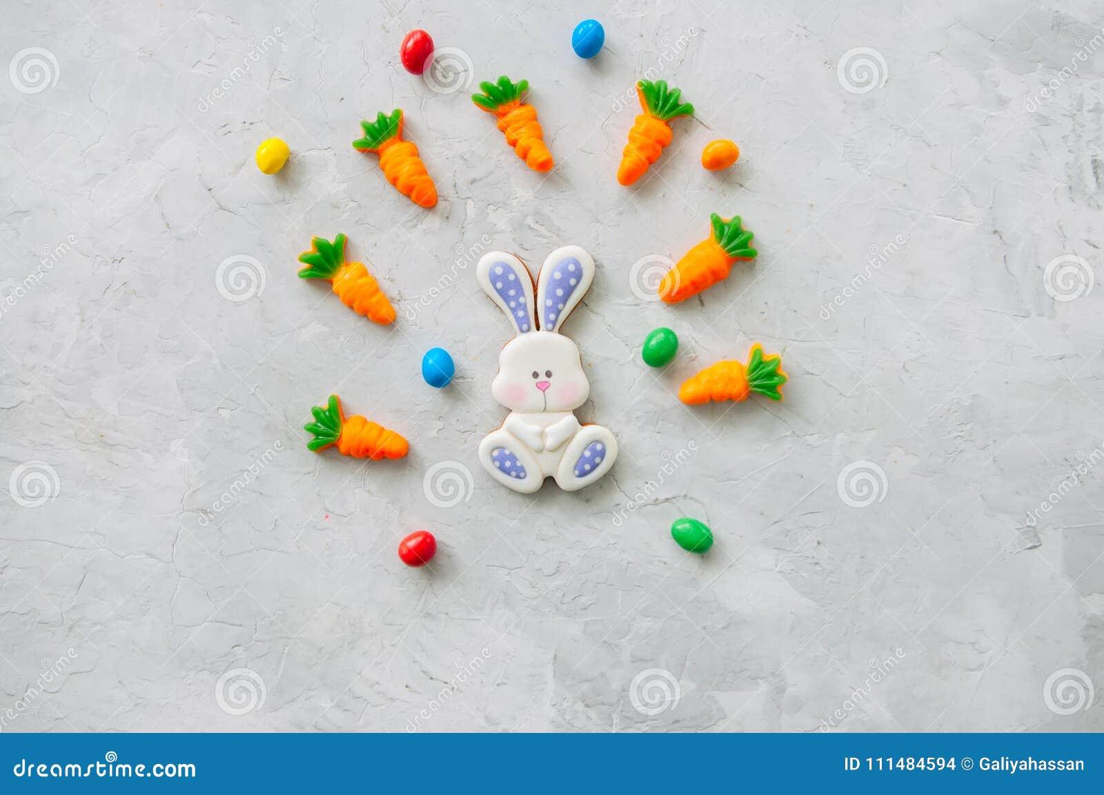 Biscuits et carotte de lapin de Pâques mâchant la confiture d oranges avec les sucreries o