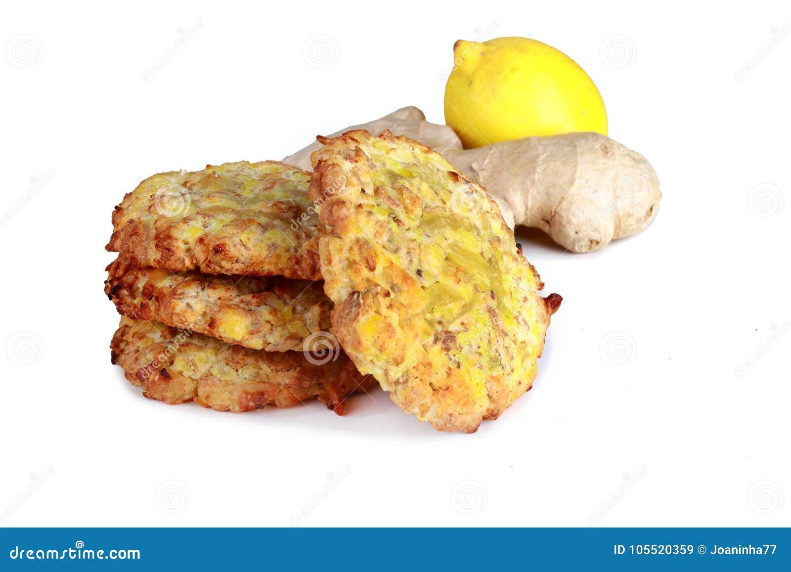 Biscuits faits maison de biscuits, avec la racine de citron et de gingembre d isolement