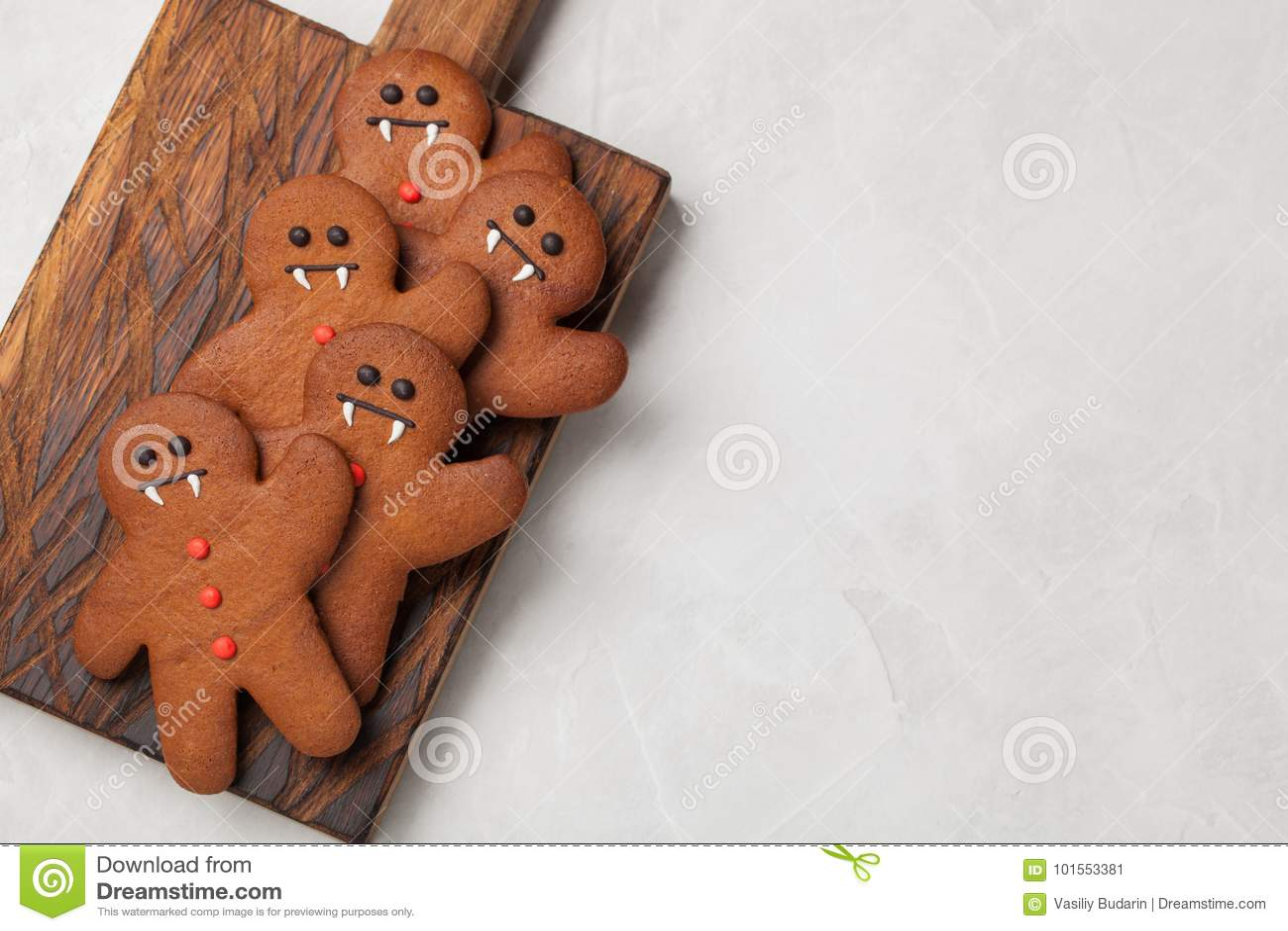 Biscuits faits maison de gingembre sous forme de bonhommes en pain d épice pour Halloween Sur le fond concret plus clair Vue supé