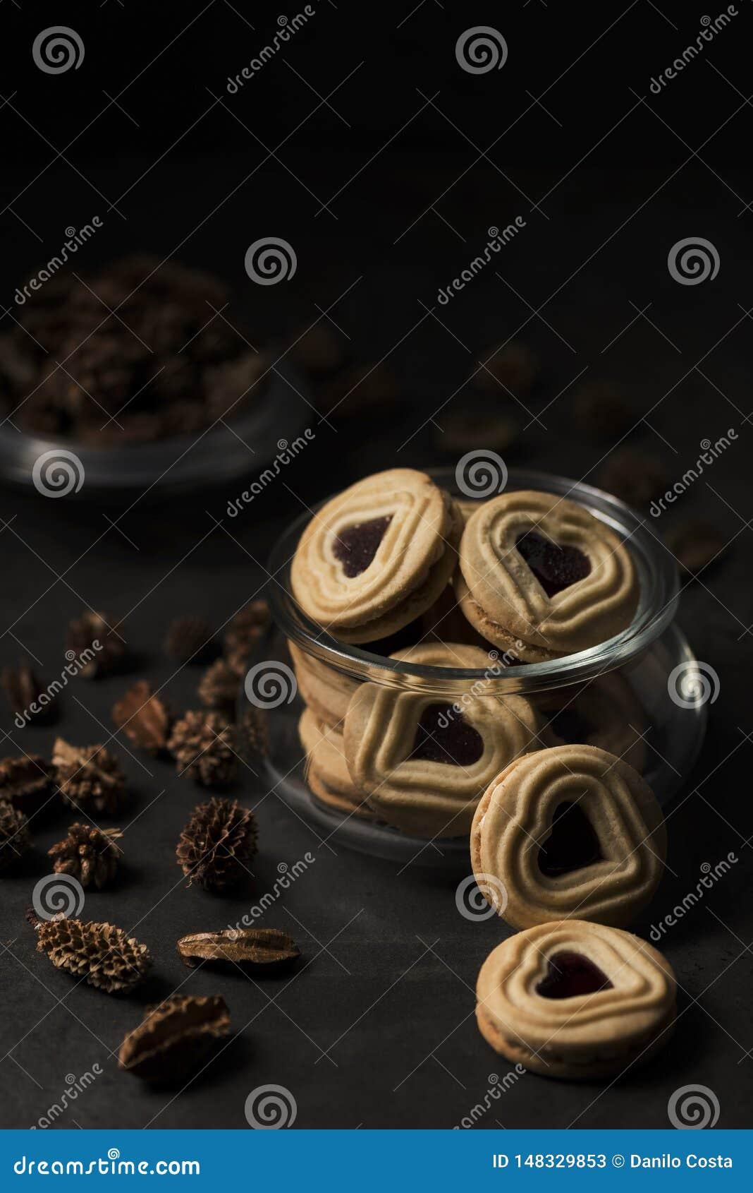 Biscuits sabl?s en forme de coeur avec la confiture