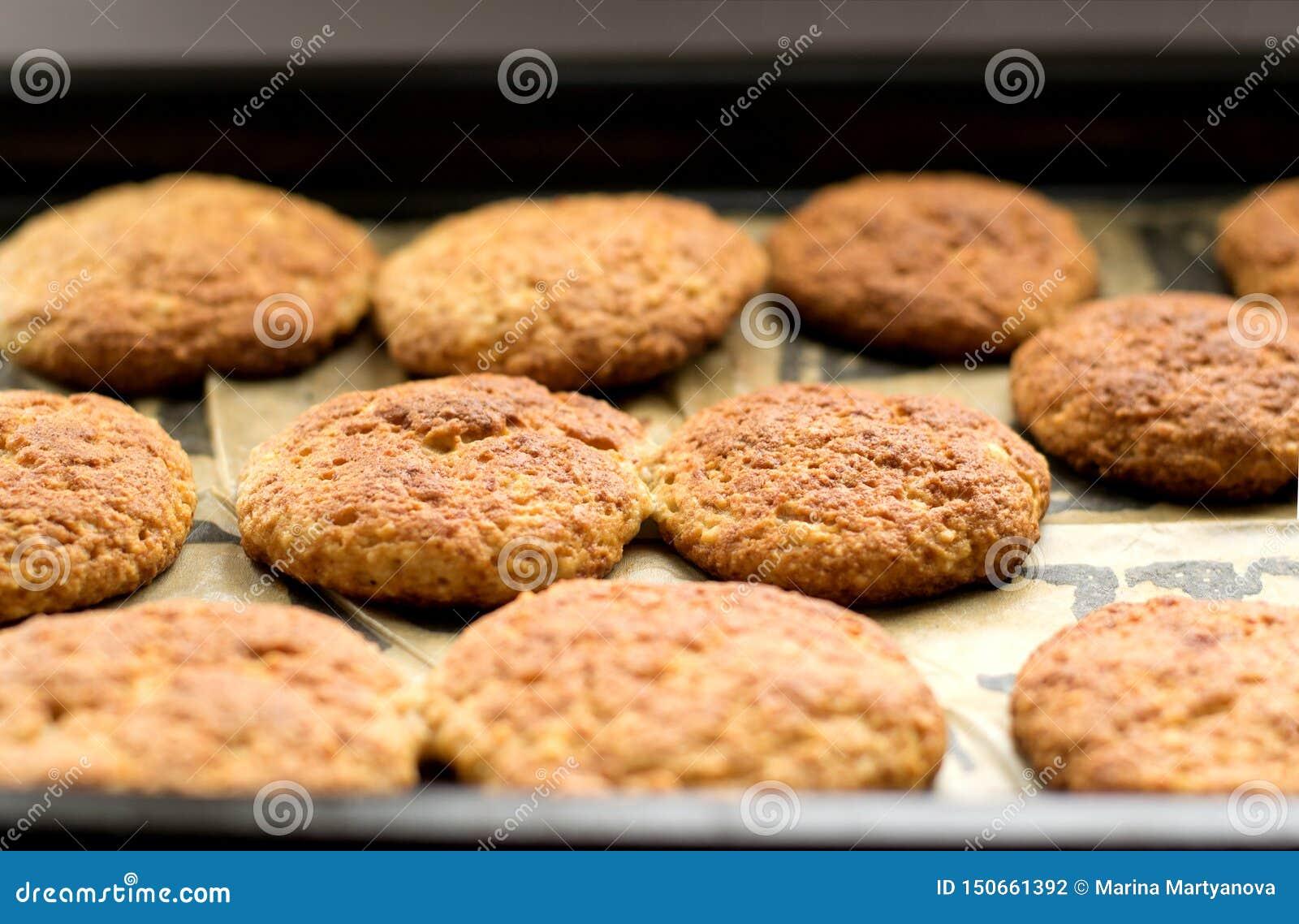 Biscuits sur un plateau de traitement au four