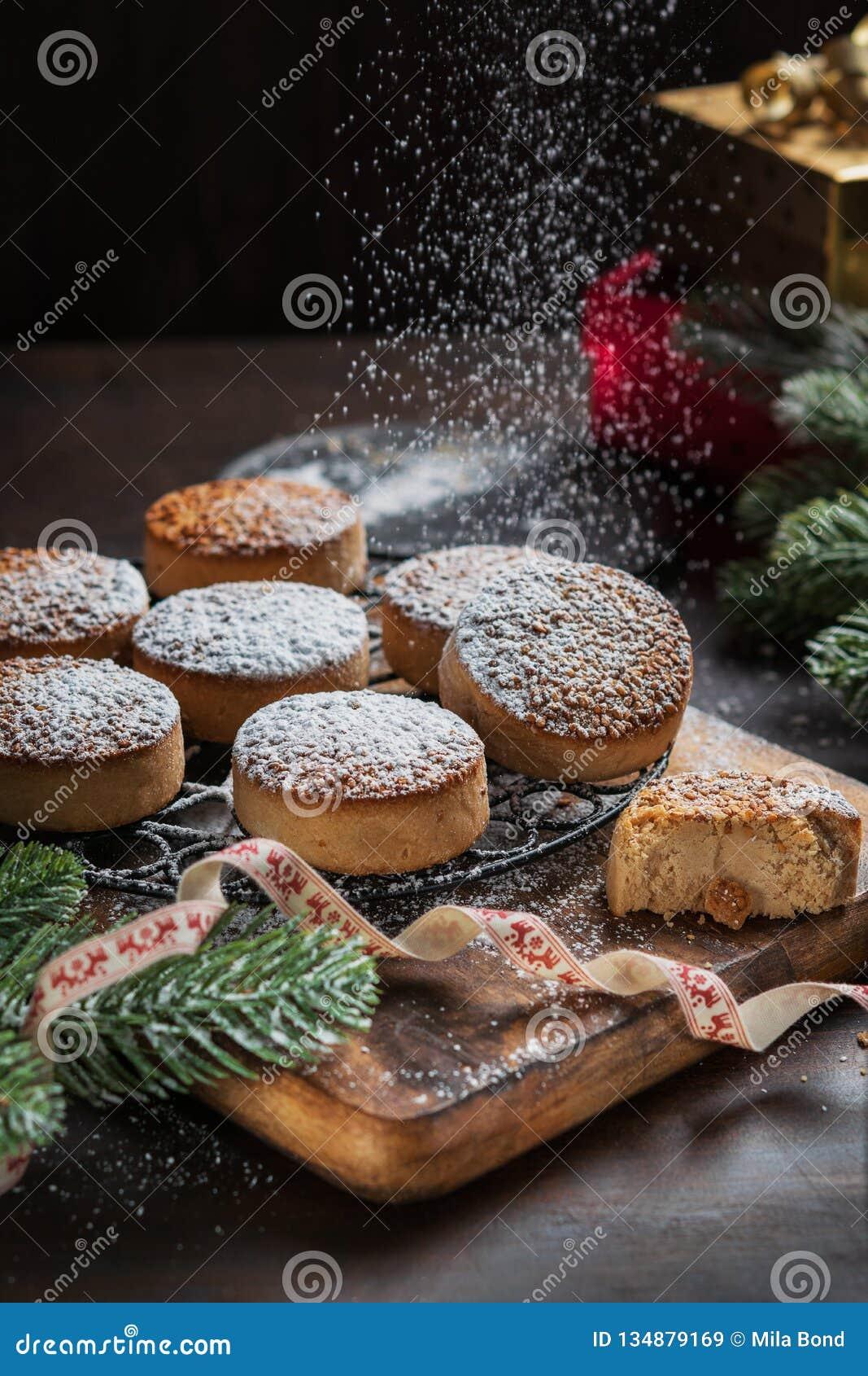 Biscuits traditionnels de Noël avec les amandes et le sésame sur le fond en bois foncé avec l espace de copie